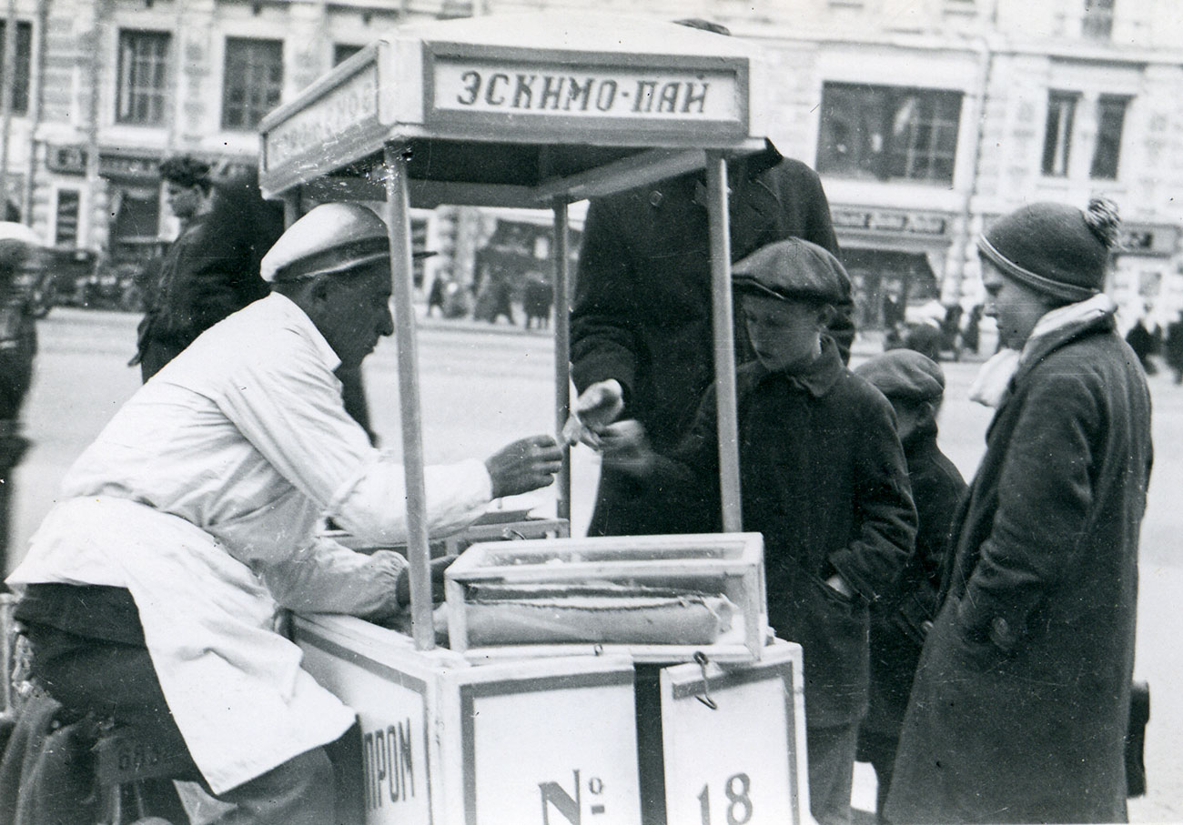 Il gelato era venduto sfuso o smerciato ai bambini impazienti di mangiarlo in bancarelle, chioschi e bar, incartato in confezioni da 50 o 100 grammi // Banchetto per la vendita di gelato in Urss, 1935