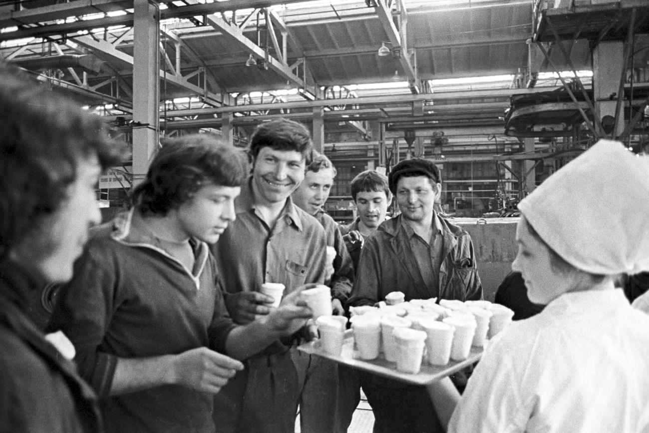 Potevate anche acquistare diversi gusti di gelato nei bar. Veniva servito a palline in speciali piatti metallici e cosparso di cioccolato grattato, noci o ricoperto di sciroppo. E se eravate veramente fortunati, potevate provarlo con tutti e tre questi ingredienti insieme // Gelato offerto agli operai del complesso industriale di Taganrog, 1980