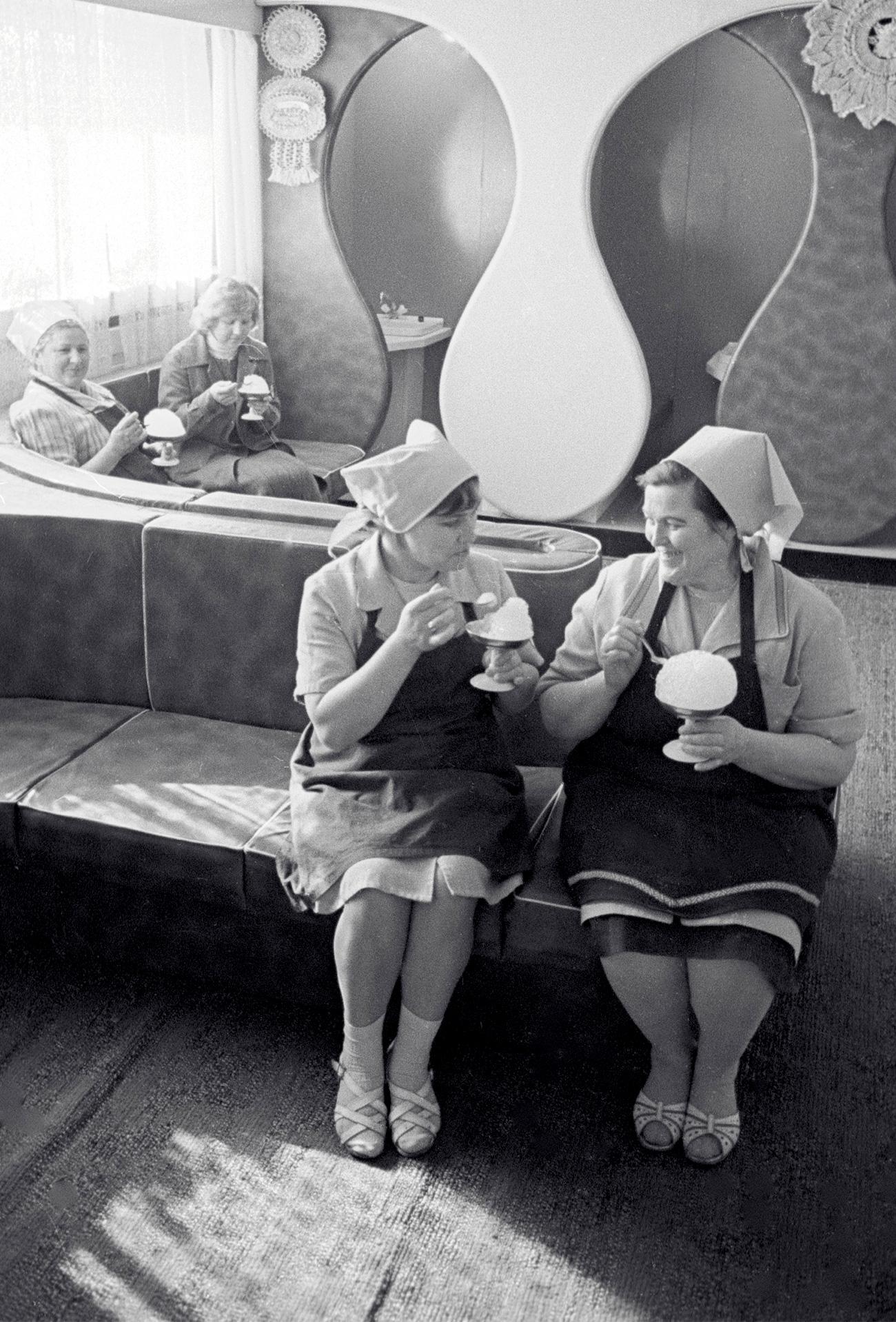 Il più ambito tra i gelati sovietici era quello dei grandi magazzini Gum di Mosca. Si poteva scegliere fra tre gusti: crème brûlée, cioccolato e vaniglia ed era servito in una coppetta di wafer. Molti turisti in visita nella capitale, facevano della sosta alla gelateria del Gum una delle priorità della visita. Anche perché il grande magazzino è sulla Piazza Rossa, a due passi dal Cremlino, dal Mausoleo di Lenin e dalla Cattedrale di San Basilio. Ancora oggi la ricetta è mantenuta segreta e questo gelato rimane molto popolare tra i moscoviti e i viaggiatori // Operaie di un mobilificio di Vilnius, Lituania (allora parte dell'Urss), mangiano un gelato al bar aziendale, 1986