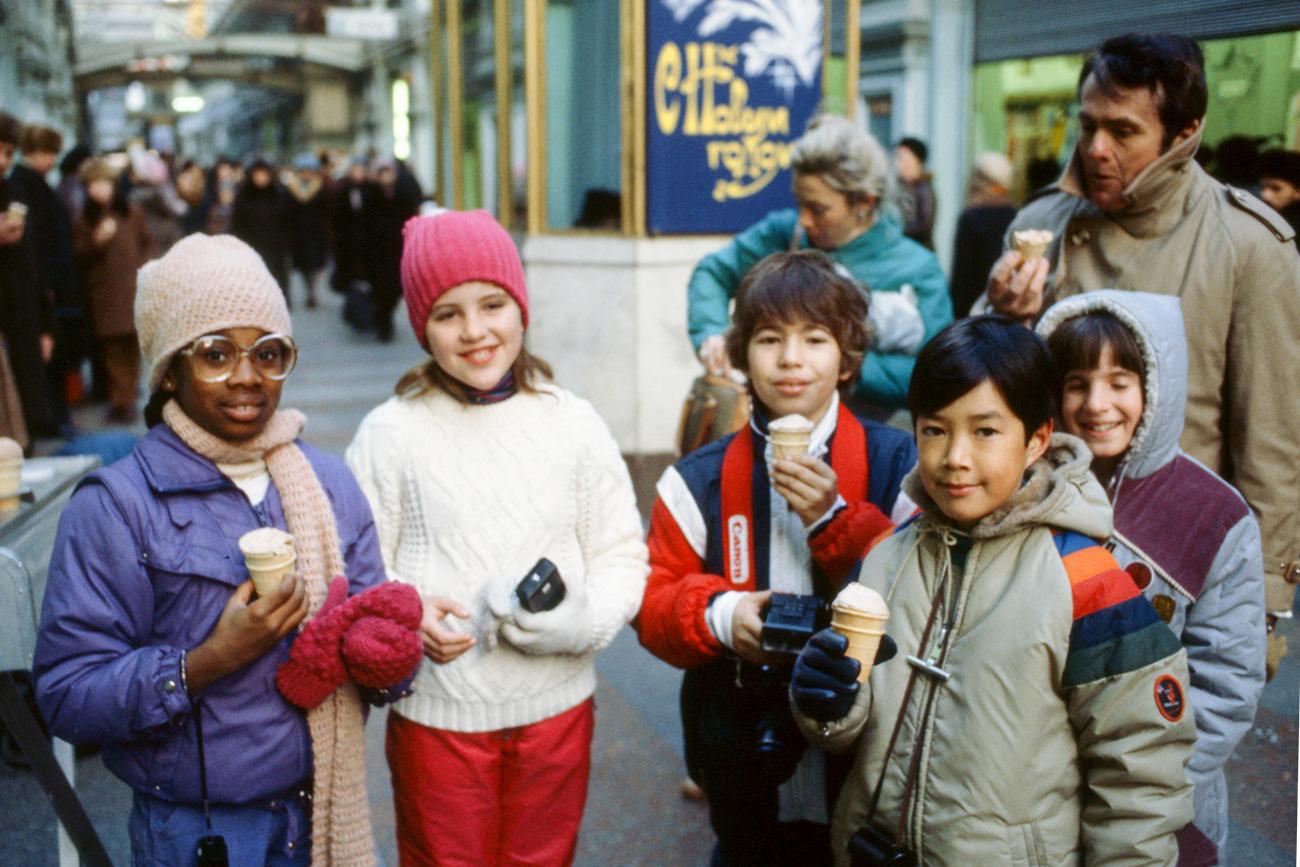 Il gelato nelle coppette di wafer era di solito coperto da una sottile carta circolare, che i bambini leccavano e spesso appiccicavano a porte e finestre // Ragazzini statunitensi mangiano il gelato durante una visita ai grandi magazzini Gum di Mosca, 1984