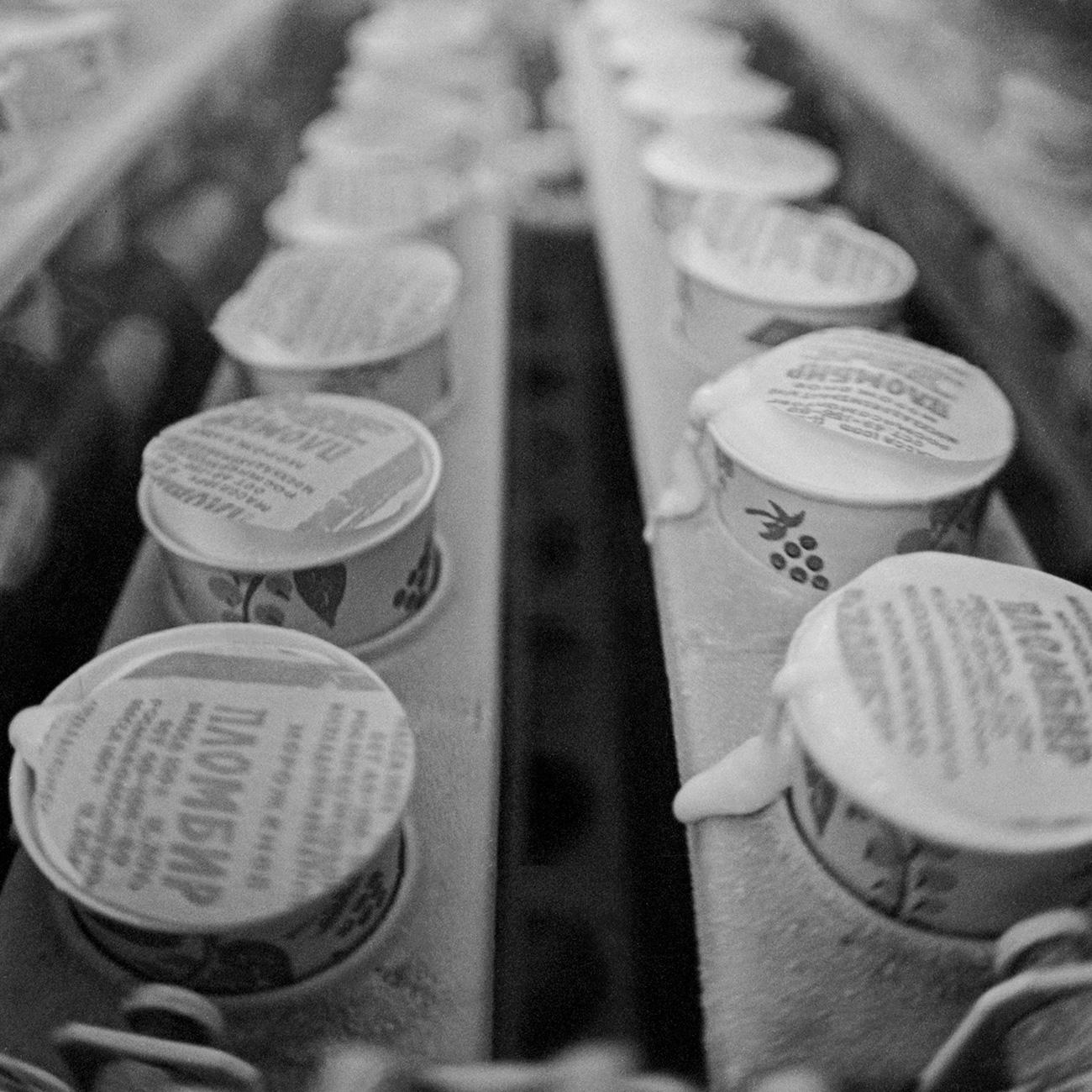"""Durante gli anni Cinquanta, vennero introdotti disegni di animali che amano il ghiaccio per pubblicizzare il gelato sovietico: un pinguino che regge un piatto, una foca con un alto bicchiere di gelato sul naso e degli orsi polari su un iceberg // Il mitico gelato al fior di latte """"Plombir"""" esce dalle linee di produzione della fabbrica di Podolsk, 1990"""