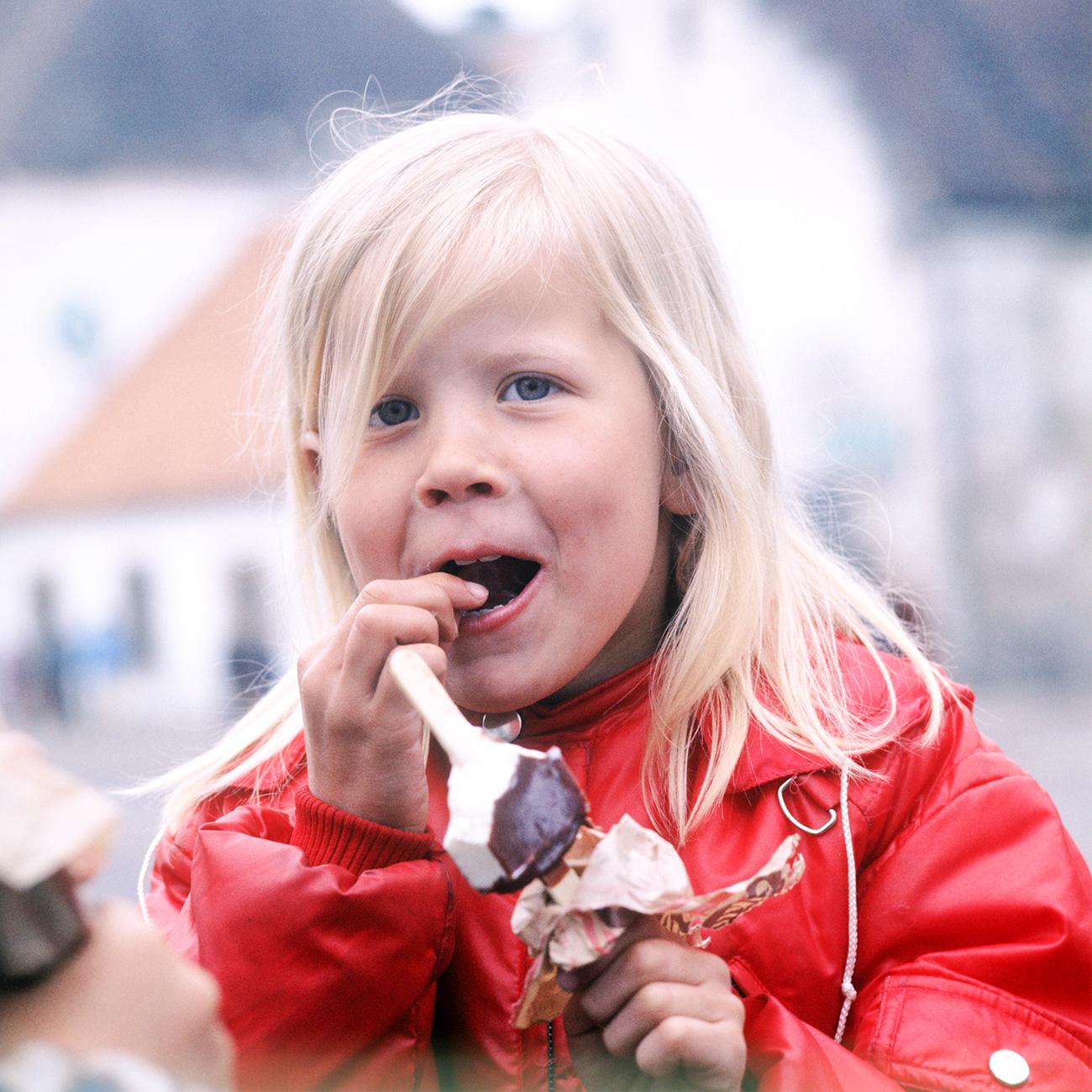 """Fino alla fine degli anni Quaranta i gelati """"Eskimo"""" (""""eschimese"""") erano prodotti a mano, e il bastoncino veniva servito a parte // Una bambina mangia un gelato. Isola di Saaremaa, Estonia (allora parte dell'Urss)"""