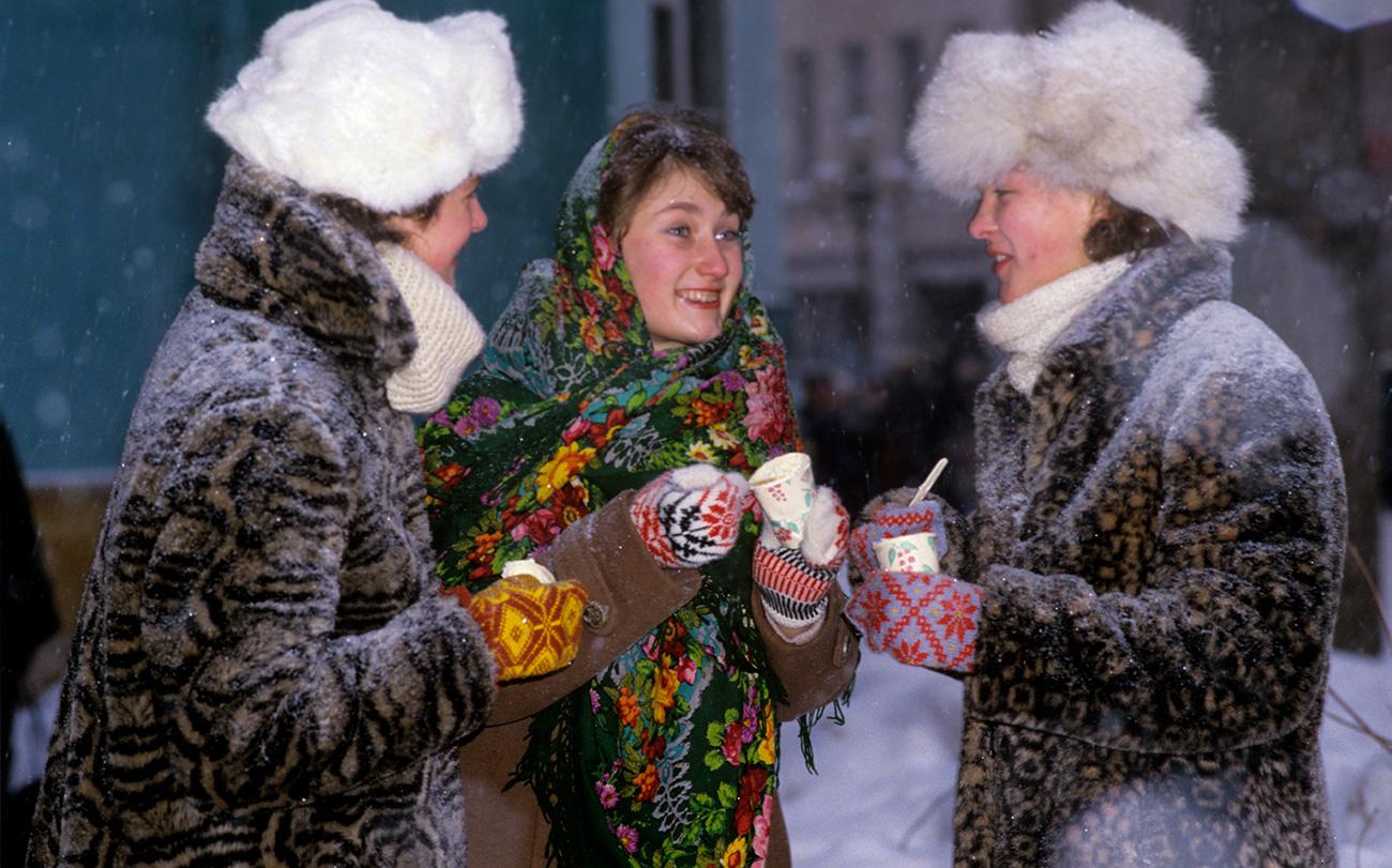 Il gelato sovietico seguì il destino dell'Urss. Dopo il crollo, negli anni Novanta, iniziarono a essere importati gelati confezionati di marche straniere, che non rispondevano ai severi standard di qualità precedenti // Ragazze mangiano dei gelati alla frutta, 1986