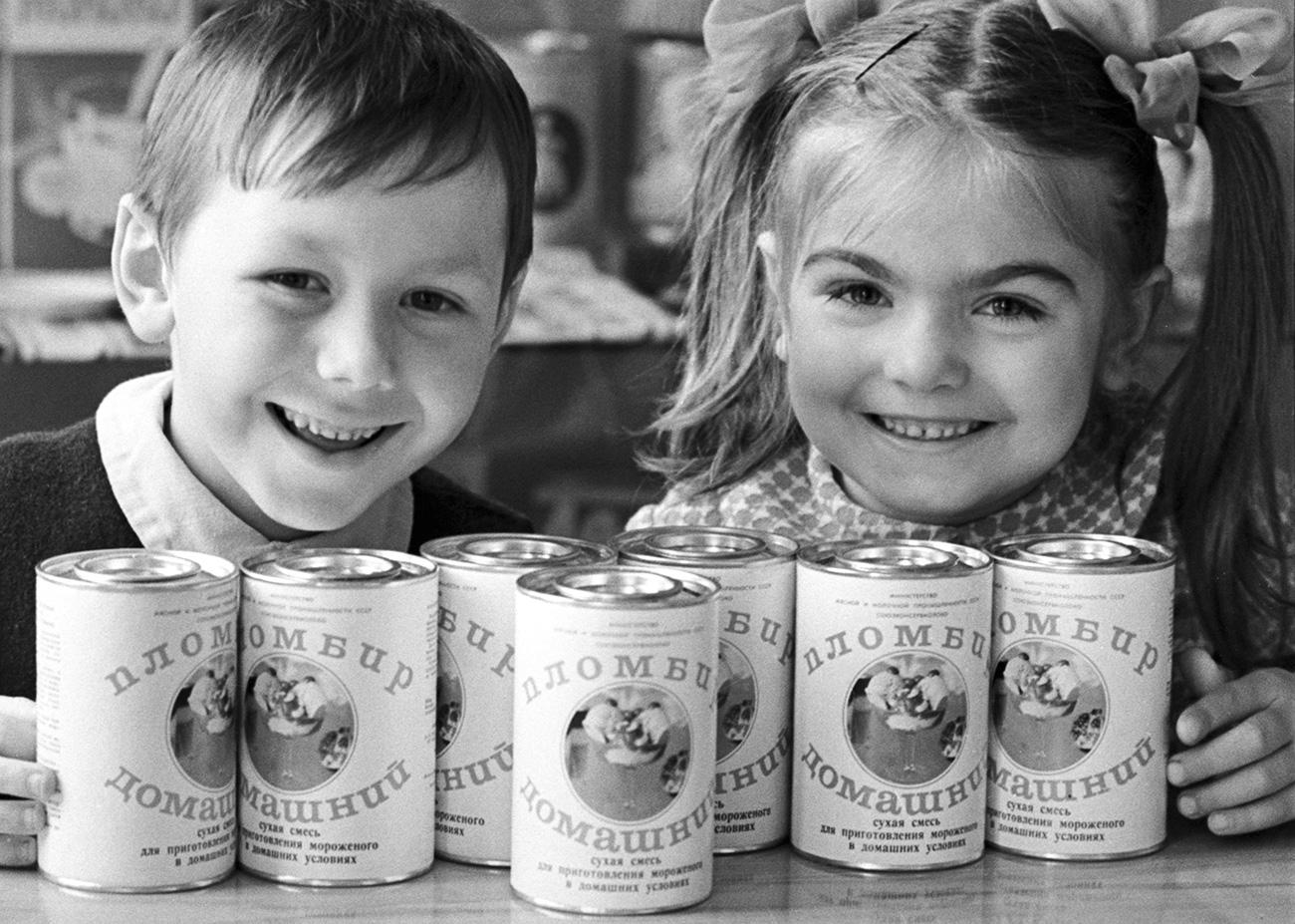 """I gelati alla frutta (sorbetti) erano i più economici. Costavano appena 7 copeche ed erano venduti in coppette di carta. Non erano molto popolari tra i bambini, che ripiegavano su questi solo se non avevano abbastanza soldi per quelli cremosi // Oleg Jakovlev e Ljudmila Latisheva, """"assaggiatori"""" del gelato in lattina """"Domashnij"""" (""""Casalingo""""), Mosca, 1965"""