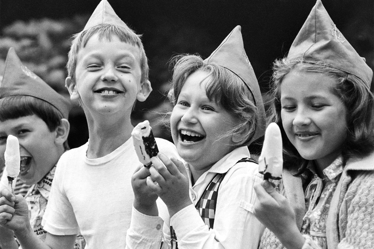 """I turisti stranieri un tempo dicevano che c'erano tre motivi per visitare l'Unione Sovietica: assistere a un balletto, andare al circo, e mangiare il gelato. Ogni anno il Paese ne esportava oltre 2.000 tonnellate. Ma cosa rendeva il gelato sovietico così speciale? // Bambini mangiano il gelato """"Eskimo"""" (""""eschimese""""), 1981"""