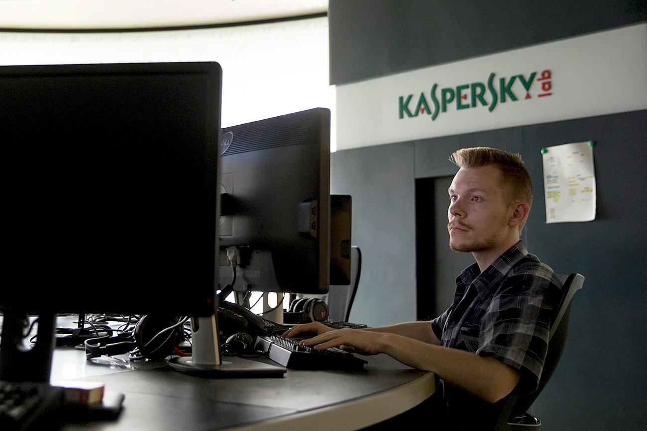 Seorang karyawan Kaspersky Lab bekerja di markas perusahaan di Moskow.