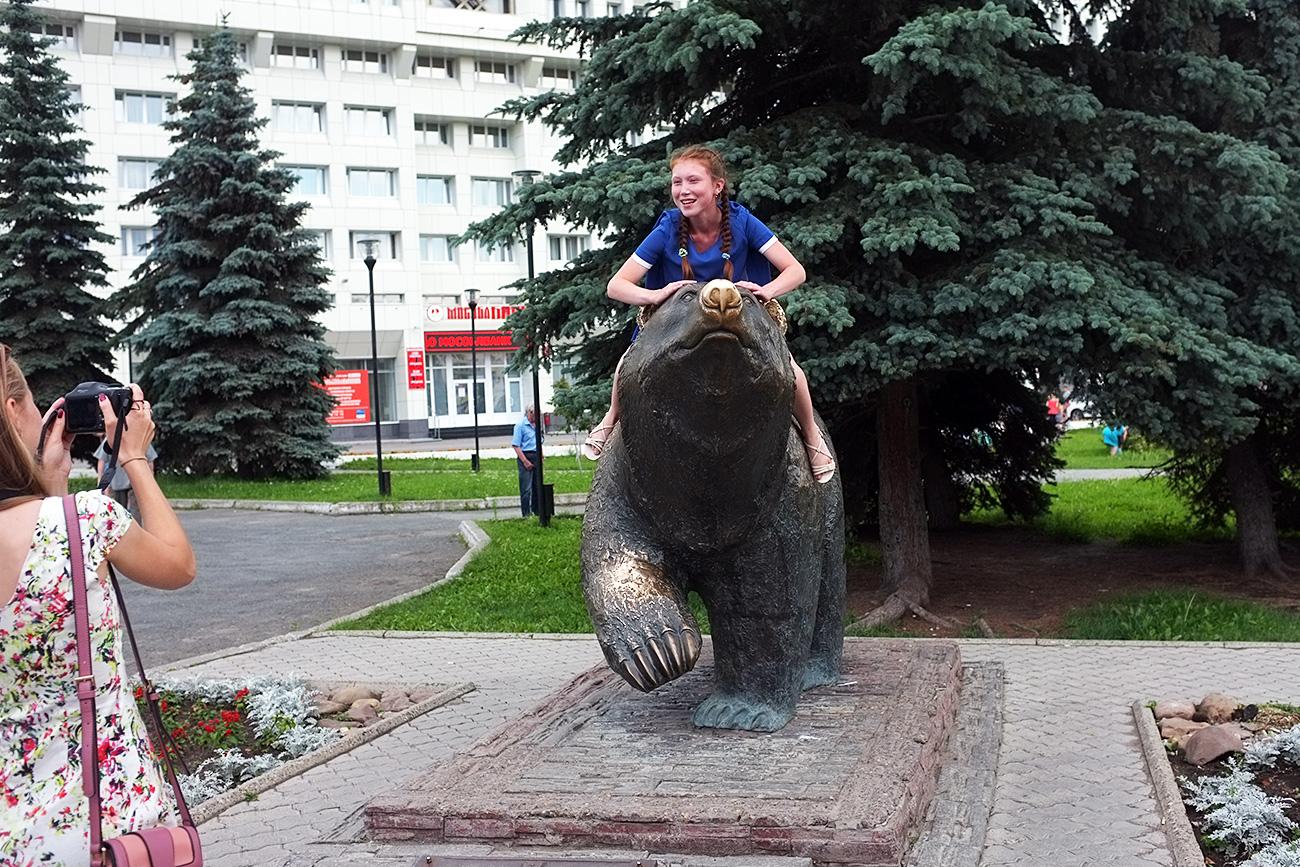 """Se siete di quelli che ancora credono che nelle città russe gli orsi si aggirino per le strade, Perm non vi deluderà. Potrete senza difficoltà farvi un selfie con un orso bruno, anche se di bronzo. L'opera si intitola """"Orso a passeggio"""", ed è una creazione del 2006 dello scultore Vladimir Pavlenko, originario della città di Nizhnij Tagil. Si trova in pieno centro, sulla via Lenin, vicino all'Hotel Ural"""