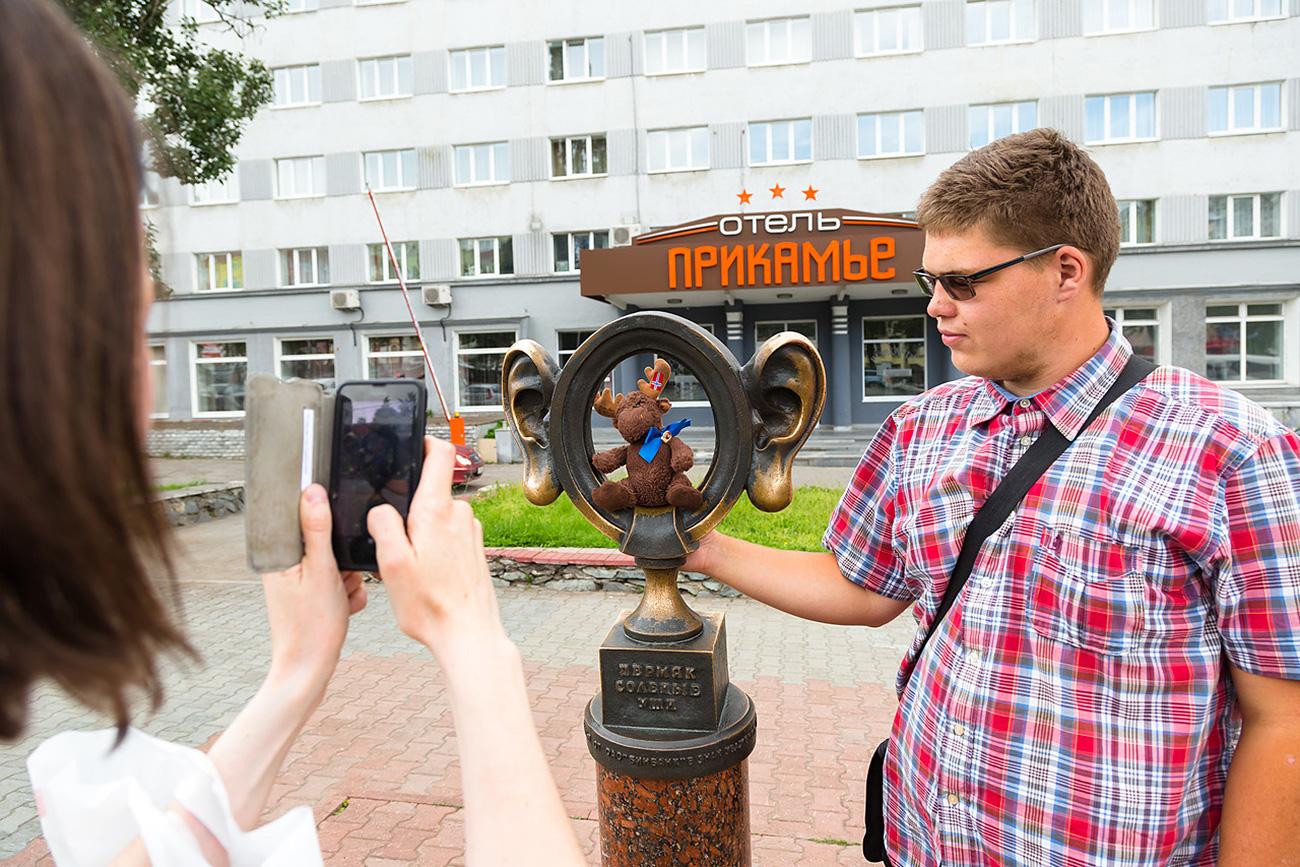 """Per lungo tempo, la produzione di sale è stata l'occupazione principale nel territorio di Perm. La leggenda vuole che i lavoratori che portavano sacchi di sale sulle spalle avessero grandi orecchie rosse, perché continuamente sfregate del sale che cadeva. Ecco perché tutti i Permjàk (così si chiamano in russo i cittadini di Perm) sono stati soprannominati """"Orecchie salate"""". Inaugurato nel 2006, il monumento alle orecchie salate, di fronte all'hotel Prikamje, in centro, lungo il viale Komsomolskij, è un luogo popolare dove scattare foto"""