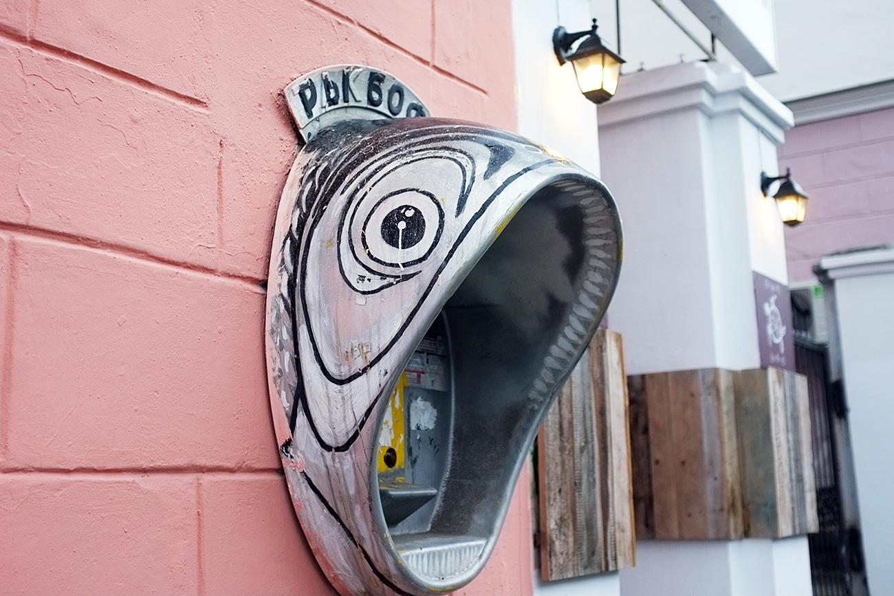 """Nel 2011, l'autore di Street art Aleksandr Zhunev ha trasformato i vecchi telefoni pubblici in pesci, chiamandoli """"Rybofon"""" (""""Pescefono""""). Ancora oggi uno a forma di carpa può essere visto sul viale Komsomolskij, in centro"""