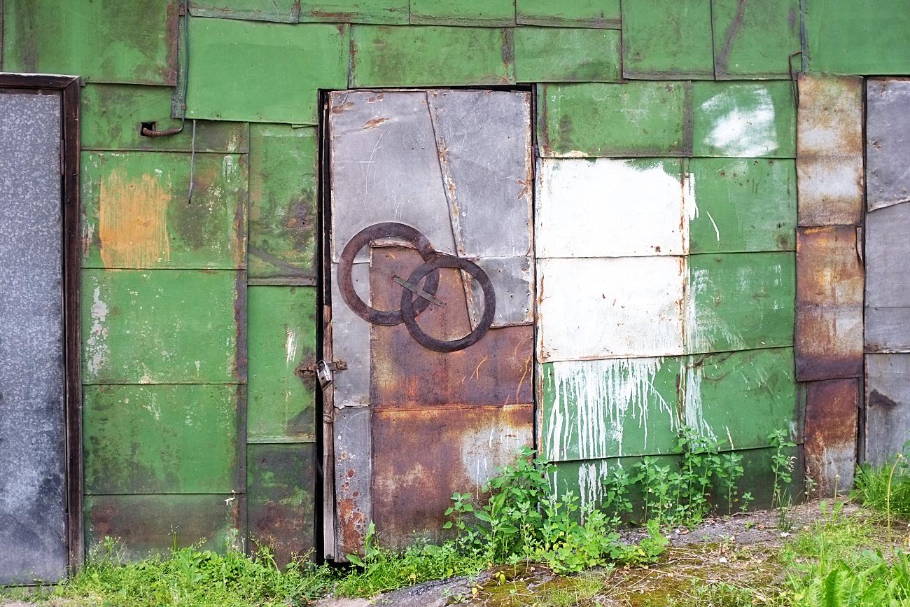 La composizione alla Aleksandr Rodchenko nel cortile della Galleria d'arte di Perm è apparsa quando dei giovani artisti locali seppero che alcune delle opere di Rodchenko qui conservate erano state temporaneamente spostate per i lavori di manutenzione. Pensarono che questo fosse il luogo perfetto per una riproduzione su lamiera di vecchio garage