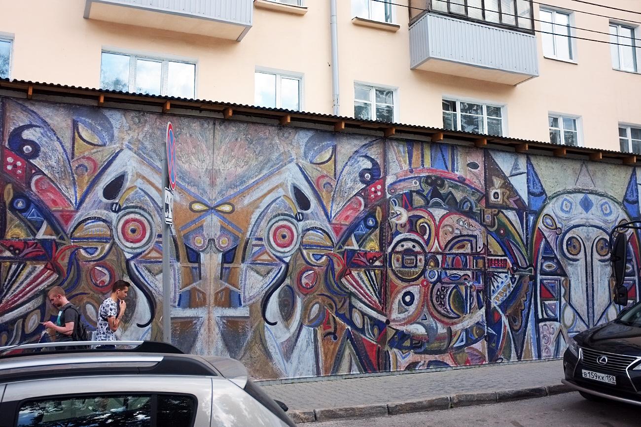 Oltre ad essere semplicemente bellissimi (o orribili), i graffiti hanno anche una funzione cosmetica: servono a nascondere le facciate bruttine. Questa pittura ornamentale maschera un tratto di via Sibirskaja