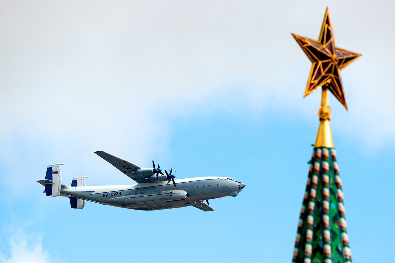 An-22「アンテーイ」、モスクワの赤の広場で行う戦勝記念日軍事パレードのリハーサル中、2014年=アレクサンドル・ヴィリフ/ロシア通信