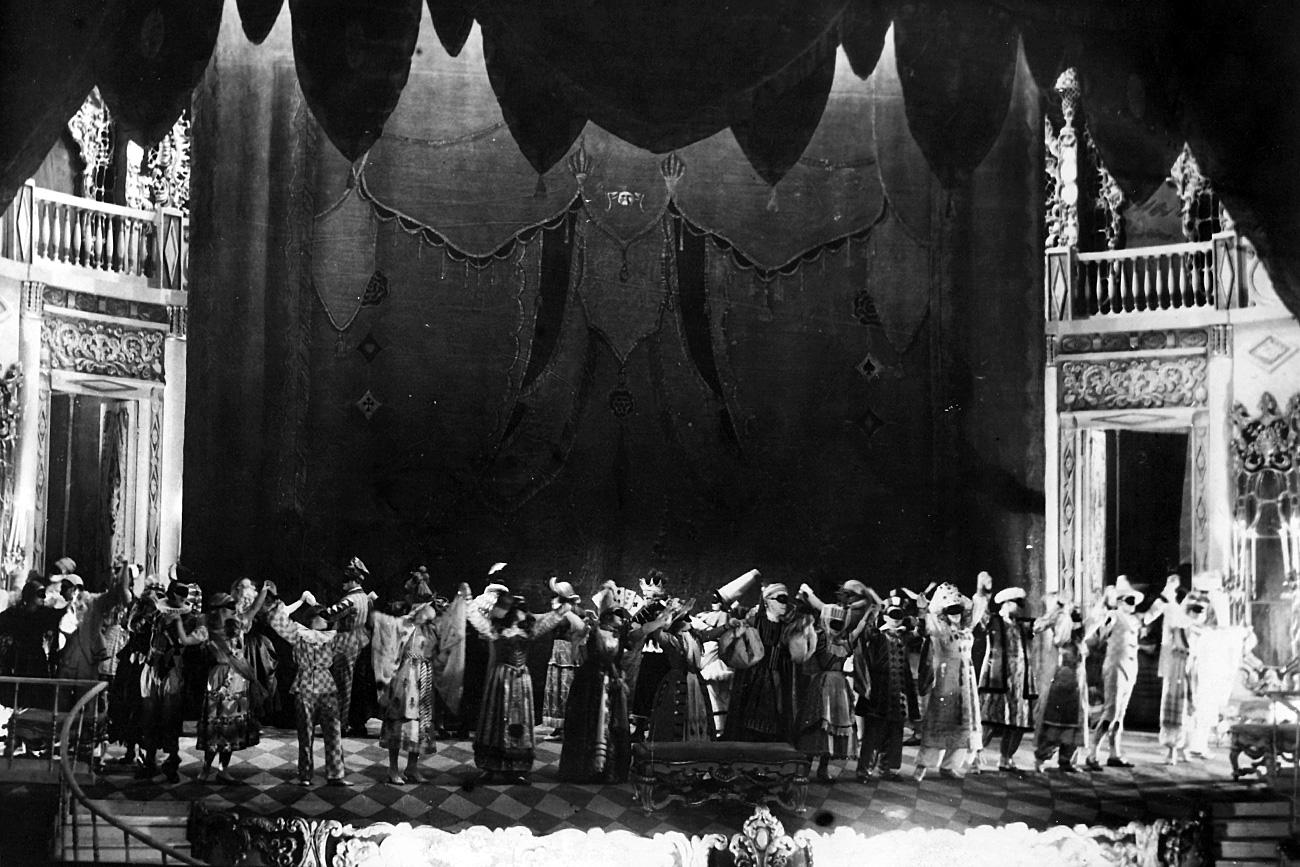"""A scene from """"Masquerade"""" / Alexandrinsky Theatre"""