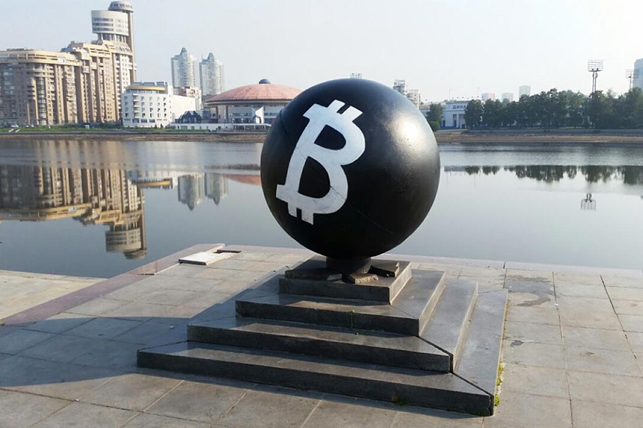 The statue now adorns a huge B, symbolizing Bitcoin. Bitcoin. Source: 66.ru