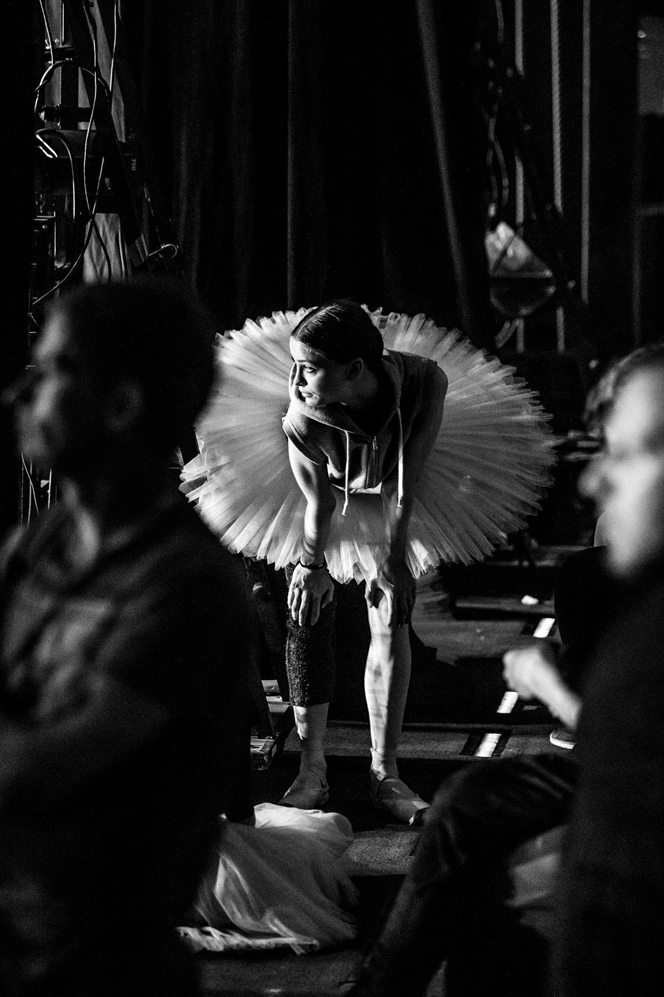 ダイエット、傷ついた足、その他の困難を、舞台の上に立つと忘れてしまう。バレリーナの動作は完璧で、体は古代の美の理想を呼び戻す。