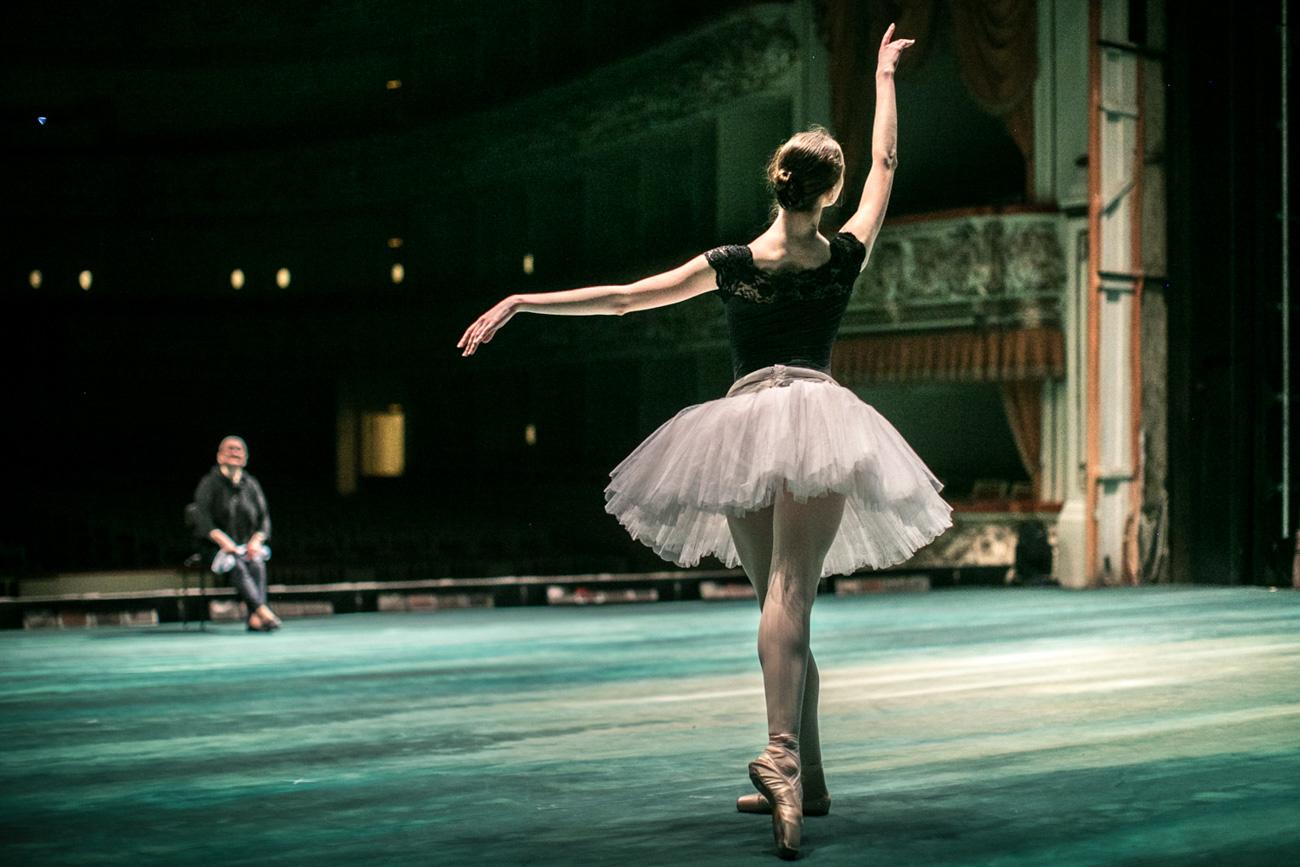 これらの写真は、恒例の「ミハイロフスキー劇場のバレエの夏」祭の開催期間中(~9月1日)、アート・ギャラリーで見ることができる。