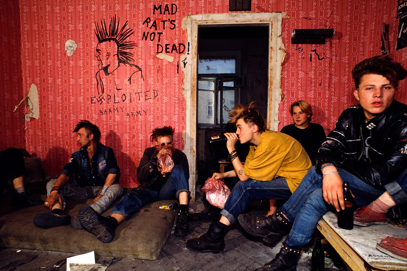ソ連ではビールは、飲み口(蛇口)のついた樽から、あるいはジョッキで、買うことができた。ボトル入りのビールは、普通、週末に自宅で昼食後に飲んだ。生ビールを飲みたければ、キオスクで買う必要があったが、それはいたるところにあった。夏は、冷やしていたが、冬は、客が寒がらないように、温かかった。キオスクは、ビールがあれば営業し、ビールがなければ、「ビールは売り切れ」という表示が出ていた。ソ連ではまた、清涼飲料水「クワス」のように、街角で大きなタンクから買うこともできた。