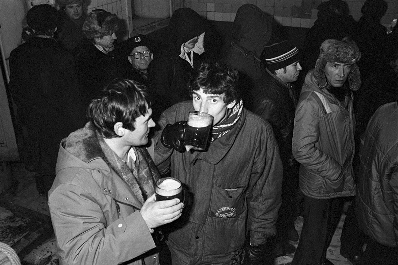 朝っぱらからビールを買うのは恥ずかしい、とは考えられていなかった。夕方になると、ビールがなくなってしまうからだ。で、人々は、新鮮なビールを求めて、タンクや、瓶を入れた買い物袋をぶらさげて、長蛇の列に並んだ。ジョッキ持参で買う者もいた。そういう人は、ポケットに、つまみの魚の干物などを入れていると、とても便利だった。