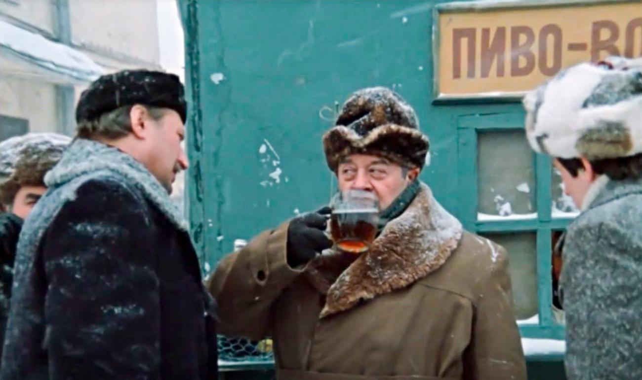 """キオスクでビールを飲みたくない人は、ビアホールに行った。そこでは、 人々は通常、ジョッキ何杯かのビールを飲みながら、フナなどの魚の干物をつまみつつ、いろんな""""哲学的な""""話にふけった。気合の入った飲兵衛になると、テーブルの下でウォツカを注ぎ、さらにビールも喉に流し込んだ。なかには、この2つの飲み物を混ぜて、カクテル「ヨルシュ」にするのを好む者もいた。"""