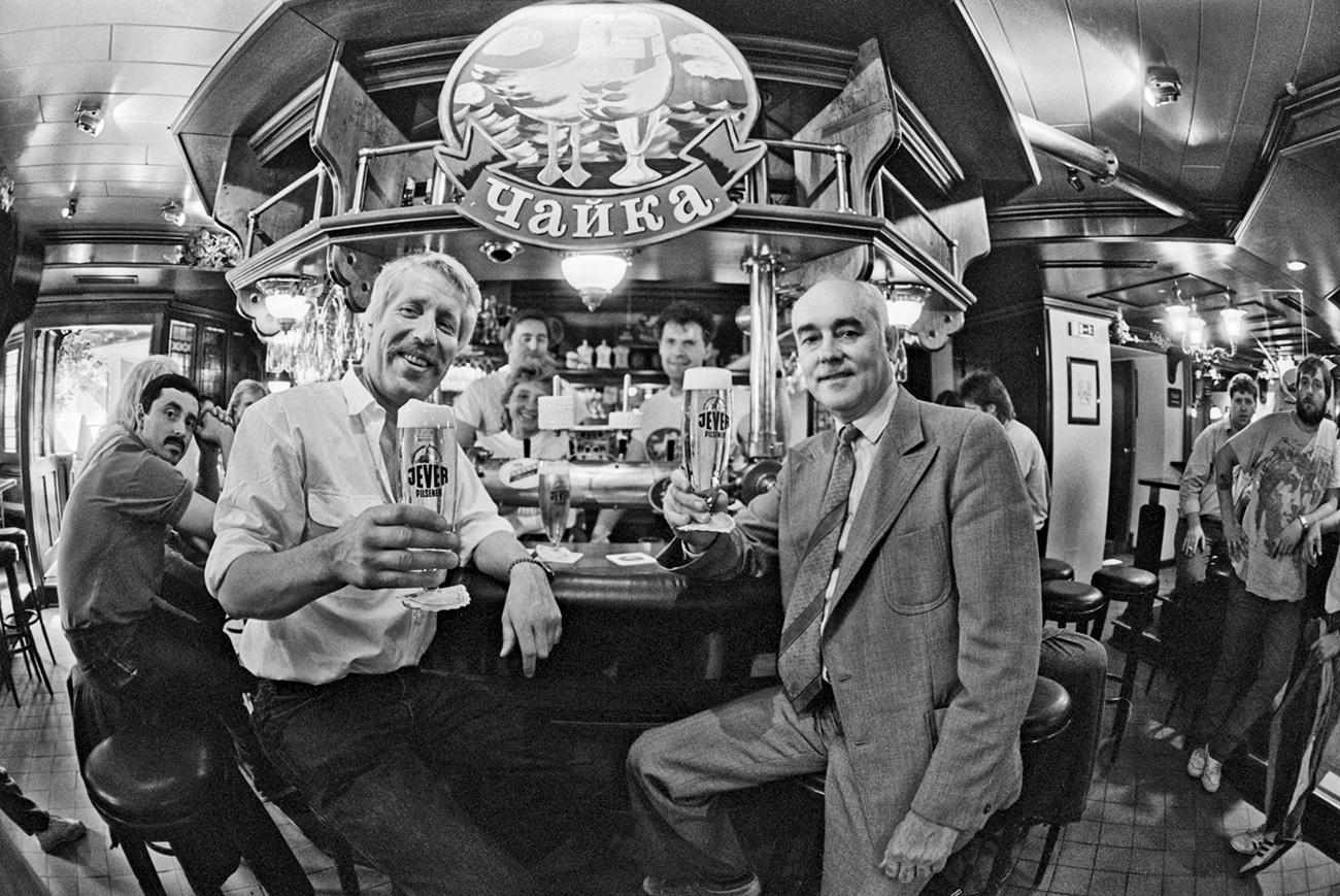 バー(この場合ビアホールの意味)は、70年代に現れた。「バー」という言葉も耳新しく、欧米風の響きがした。バーにはそれなりのサービスがあり、しゃれたジョッキ、ビールスナック(チップ、塩をまぶした干し魚)があり、アメリカたばこをこっそり買うことさえできた。バーは、1985年の反アルコールキャンペーンの最中でさえ、閉鎖されなかった。ビールはあまり有害でないアルコール飲料で、ウォッカの代替品になる、と考えられていたからだ。