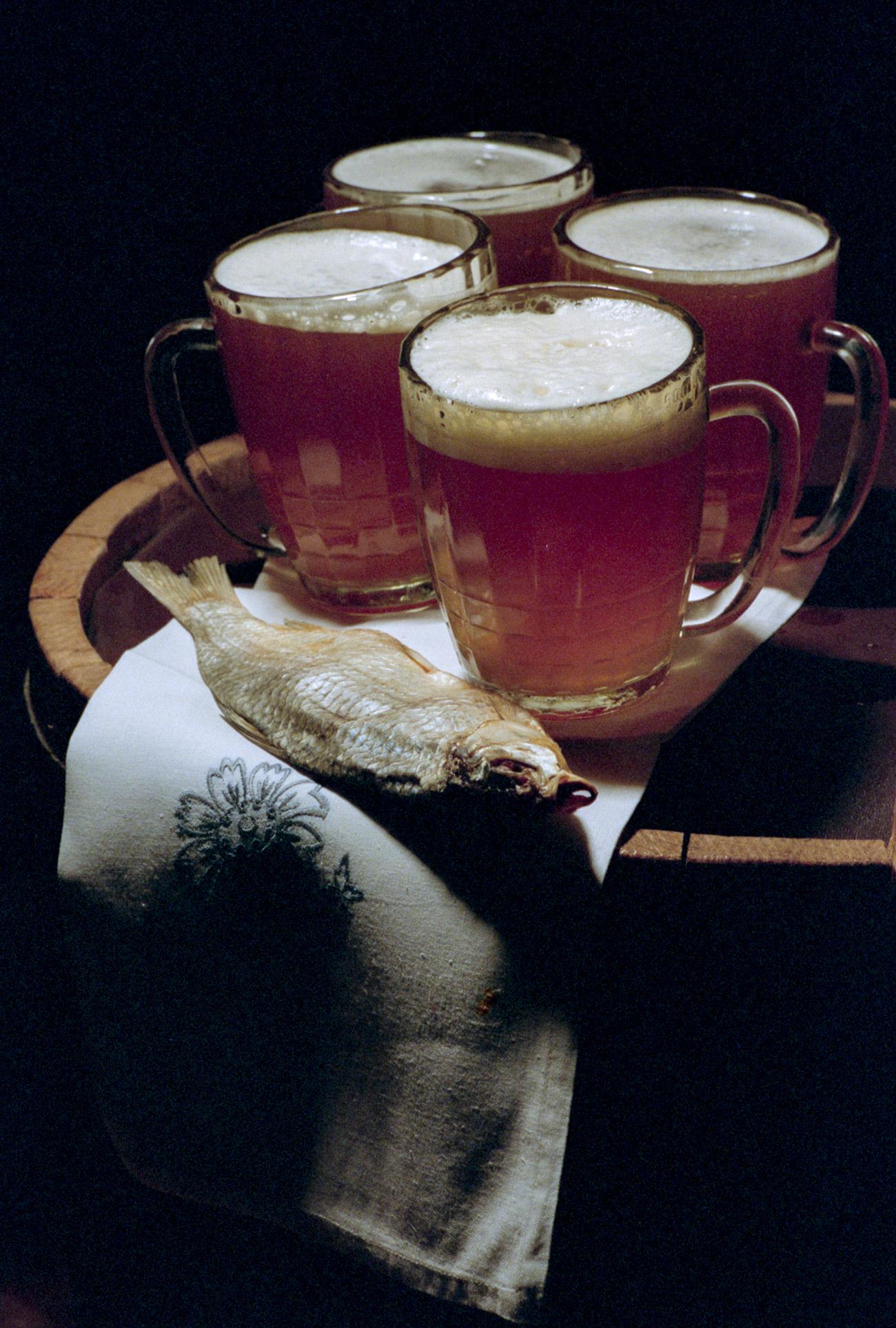 ソ連には実質的にはそんなにたくさんの銘柄はなかったが、ビールは新鮮で、有効期限は短かった。そのため、どの都市でも、すぐそばの工場で造られたビールだけが販売された。こういう状況は当然、品薄を引き起こした。