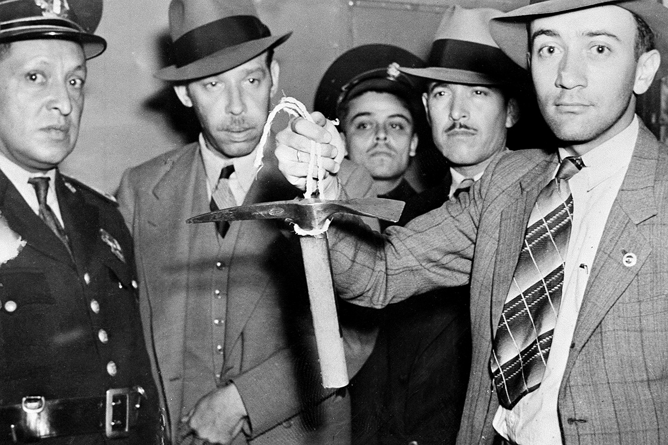 """Мексичка полиција држи цепин за лед који је Рамон Меркадер користио 20. августа 1940. Меркадер, такође познат као Жак Морнар и Френк Џексон, био је """"породични пријатељ"""" Троцког. Троцки је, пре него што је умро, рекао да је његову смрт наредио Стаљин. Извор: AP"""