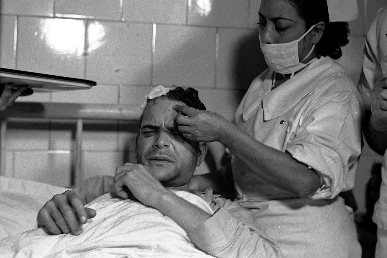 Ramón Mercader recebe tratamento no Hospital Cruz Verde do México, em 23 de agosto de 1940. Após cometer o ataque, o agente levou várias coronhadas dos guarda-costas de Trótski (Foto: AP)