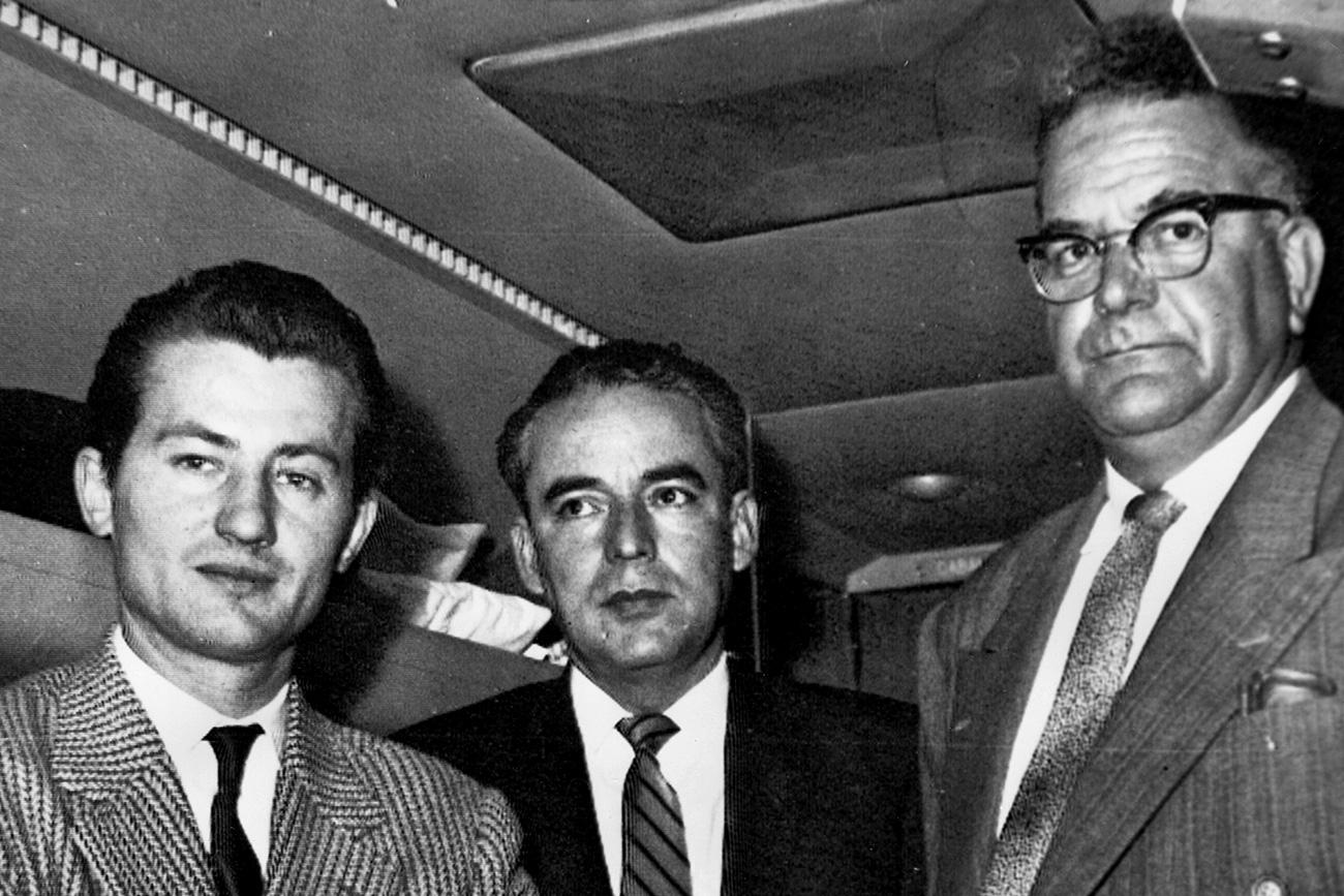 Ramón Mercader em um avião da companhia aérea cubana no México, em 8 de maio de 1960. Na foto, está acompanhado do adido da Embaixada da Tchecoslováquia no México, Olldrich Novicki, e de seu advogado, Eduardo Cisneros. Mercader tinha sido libertado três meses antes da prisão, após cumprir pena de 20 anos (Foto: AP)