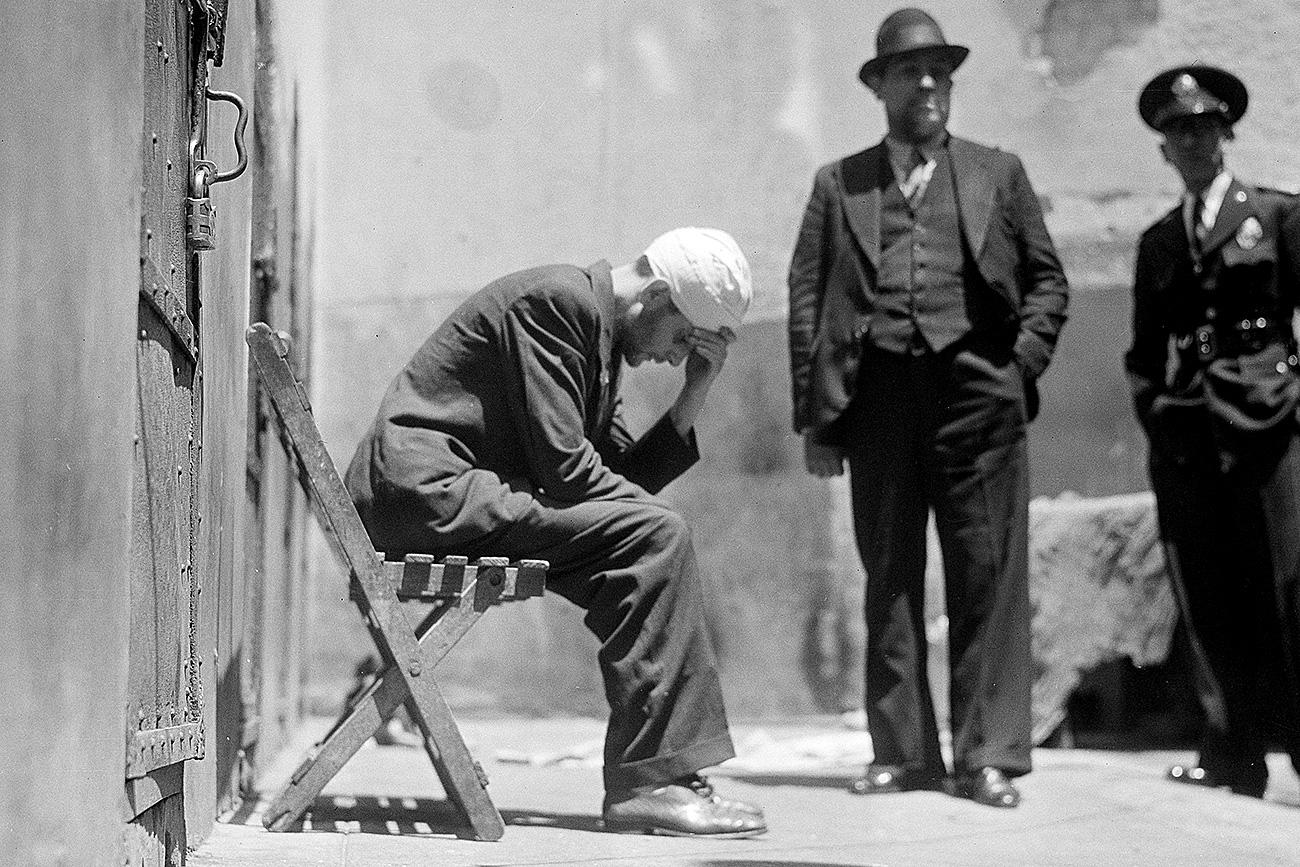 Ramón Mercader, também conhecido como Jacques Mornard e Frank Jackson, assassino de Trótski, aparece pensativo no telhado de uma delegacia de polícia na Cidade do México,, em 27 de agosto de 1940