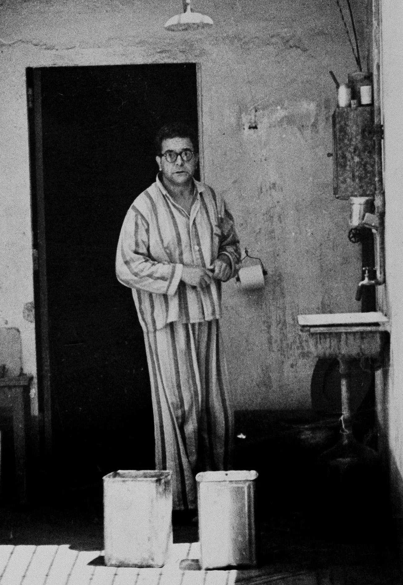 Ramón Mercader na cela onde passou dez anos, metade de sua pena. Essa foto foi tirada em 16 de julho de 1950. Até então não tinha voluntariamente para uma fotografia desde que fora condenado. Pagava por uma cela privada por meio de seu advogado e não dava sinais de querer deixar a cadeia (Foto: AP)