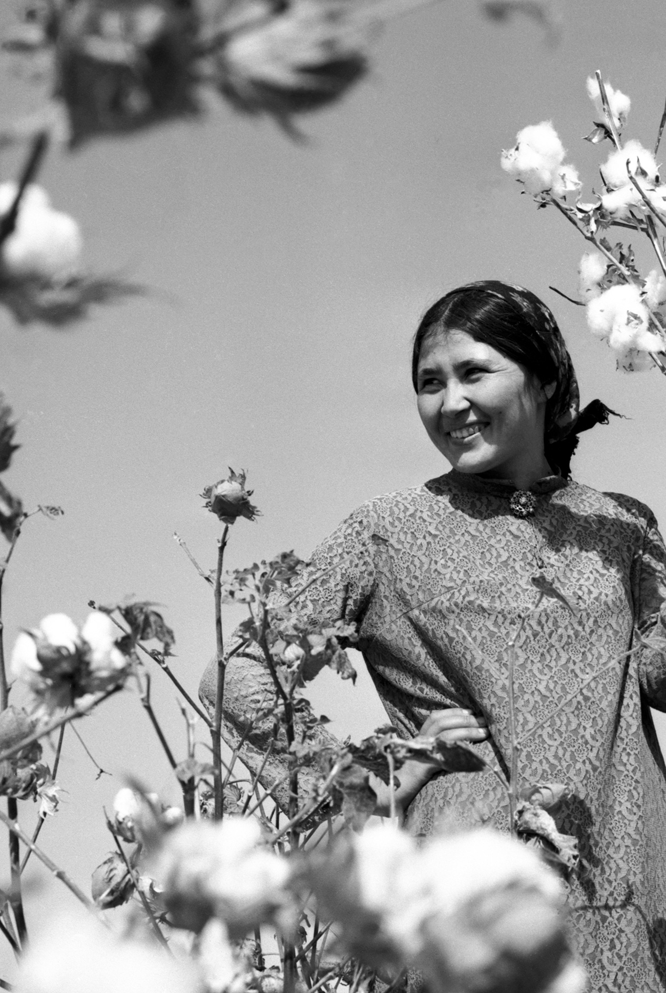 However, even with maximum deployment of human resources, it was impossible to grow so much cotton. // Turkmen SSR, 1978