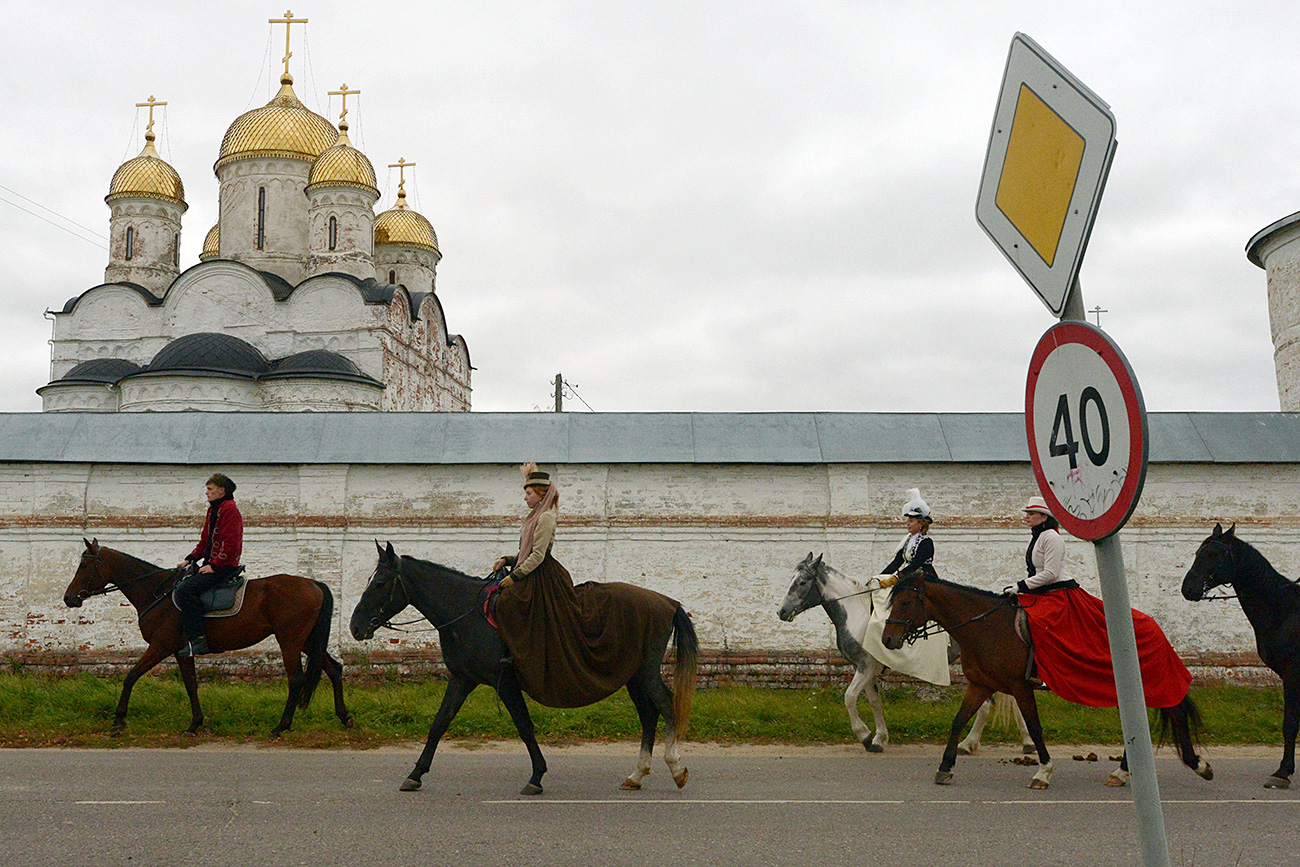 People take part in costumized mounted hunting at the Avanpost ranch in Mozhaysk, Moscow Region.