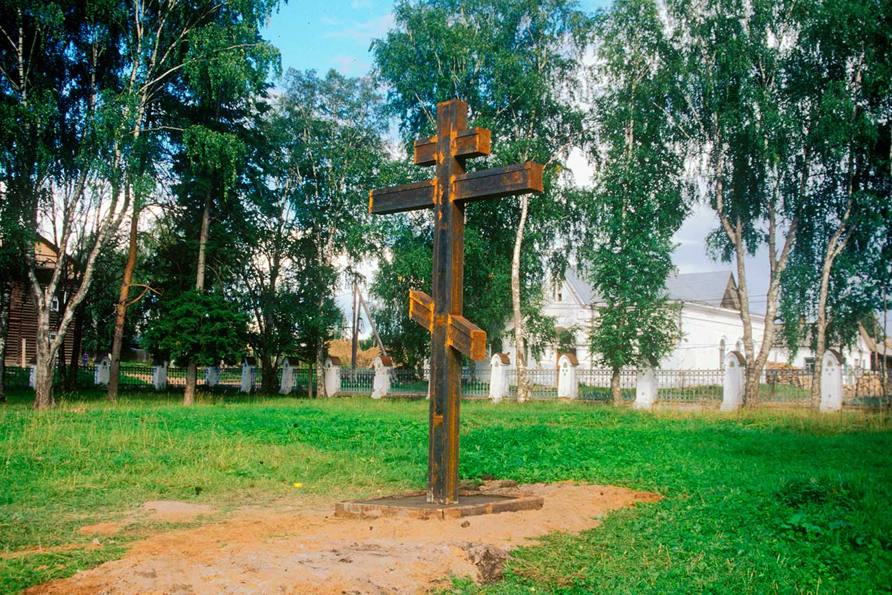 Nyrob. Memorial cross on site of shrine to Mikhail Nikitich Romanov. Photo: August, 2000ю