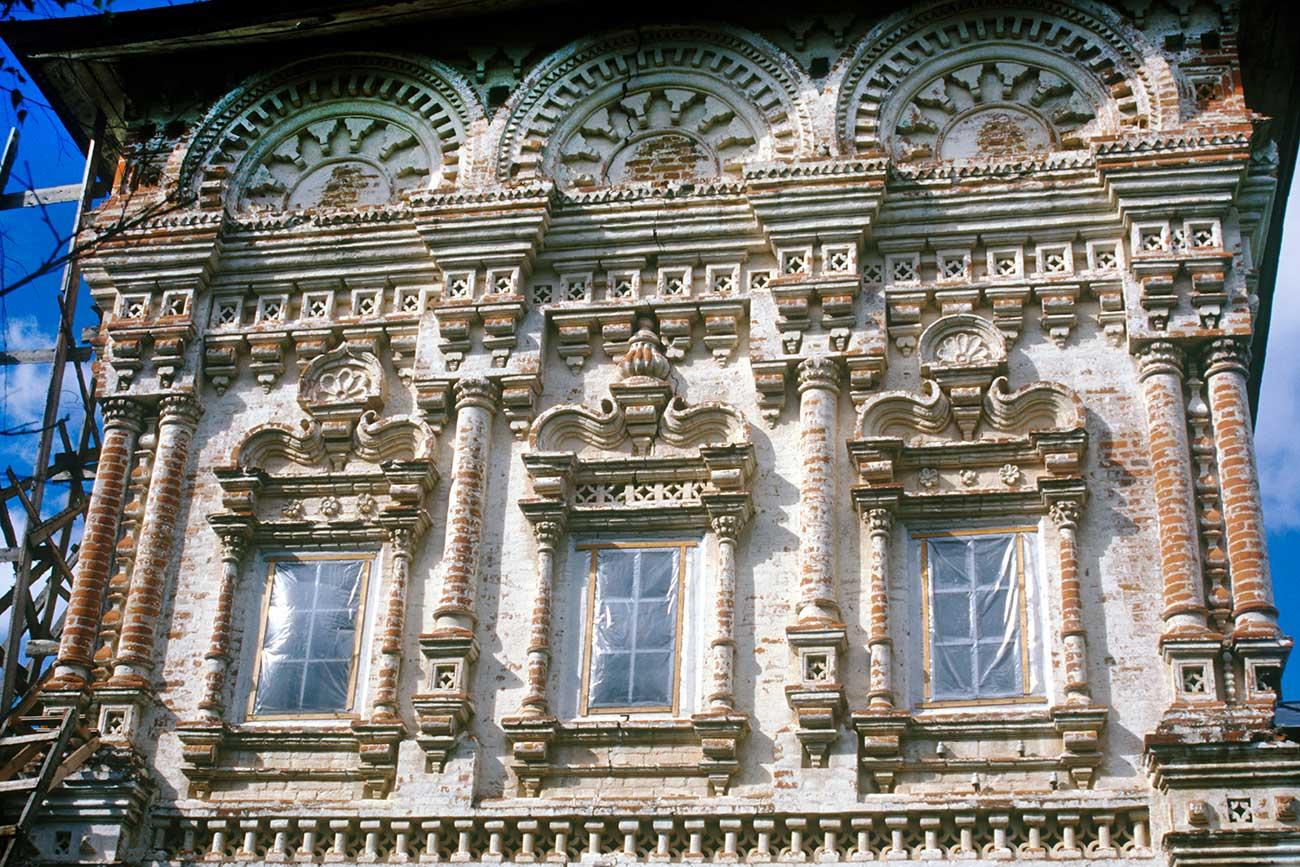 Church of St. Nicholas, south facade, upper level, decorative details. Photo: August, 2000 / William Brumfield