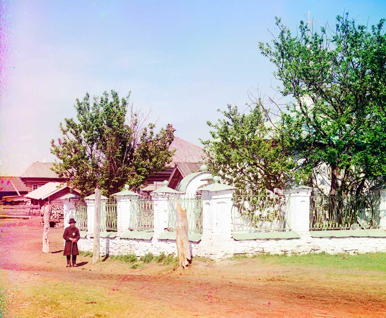 Fence around Chapel of Archangel Michael (shrine to Mikhail Nikitich Romanov). Photo: 1913 / Sergei Prokudin-Gorsky