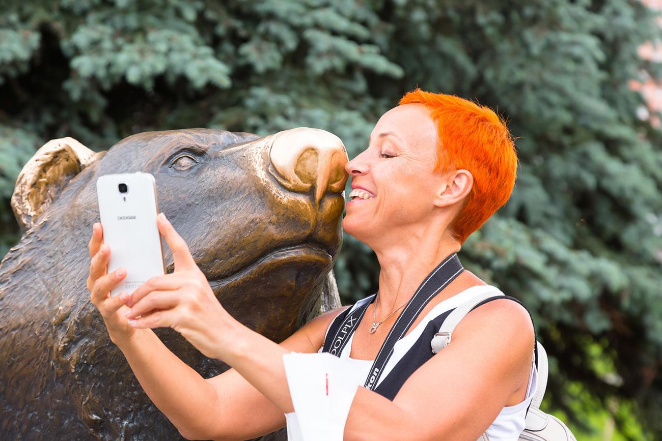 """Selfie con l'""""Orso a passeggio"""", opera in bronzo del 2006 dello scultore Vladimir Pavlenko. Fonte: Oleg Vorobjov"""