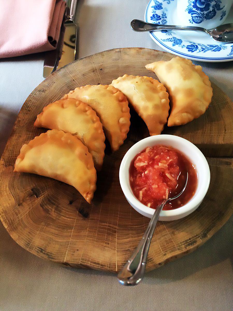 I posikunchiki, pasta fritta ripiena, sono un piatto tipico di Perm. Fonte: Anna Sorokina