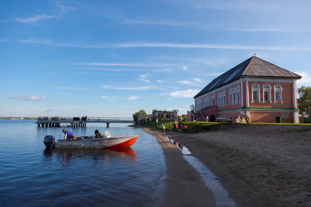 Usolje, Palazzo degli Stroganov. La piccola città è rimasta semisommersa dopo la costruzione di una diga. Fonte: Oleg Vorobjov