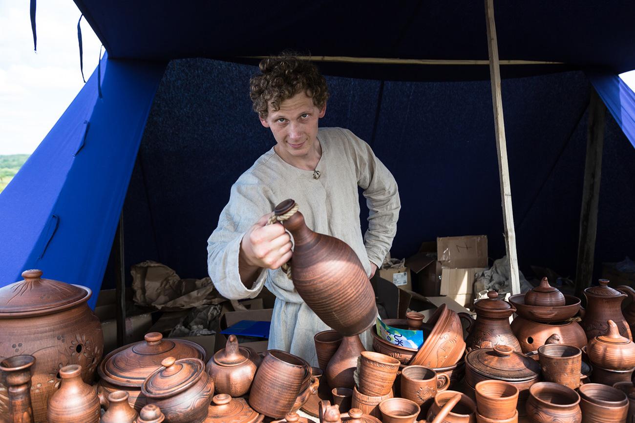 Cherdyn.Venditore di anfore al festival Cuore di Permia, ispirato all'omonimo romanzo di Aleksej Ivanov. Fonte: Oleg Vorobjov