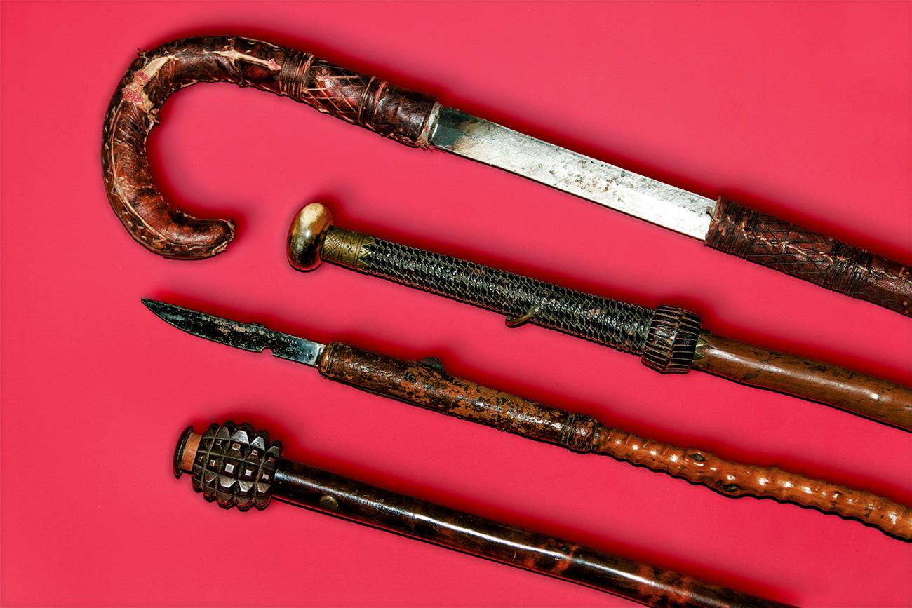La lame dissimulée dans une canne était une arme de corps à corps prisée des agents étrangers. La lame pouvait être tirée telle une épée ou être dépliée pour se transformer en une sorte de lance. Certains modèles étaient dotés d'un lourd pommeau pour être utilisés comme une masse.