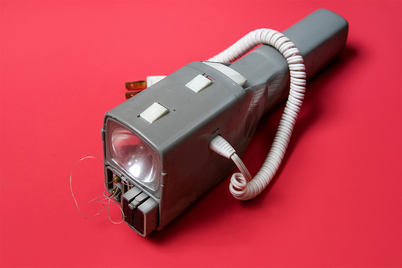 Le pistolet paralysant/lampe torche était une arme utilisée dans le combat rapproché par les espions et les saboteurs. La charge électrique était assez puissante pour étourdir un ennemi et permettait à ainsi à l'espion de prendre la fuite ou de se cacher.