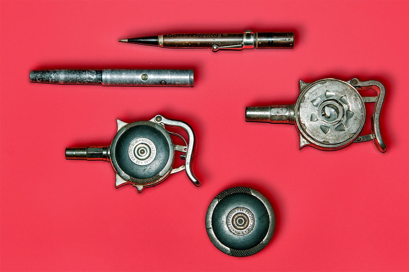 Les pistolets de paume de fabrication française « Le protector » contenaient dix balles. Compacts et aisément dissimulables, ils tenaient dans la main ou dans une poche sans attirer l'attention. Ils étaient mortels à bout portant. Les stylo-pistolets ne pouvaient tirer qu'une seule fois.