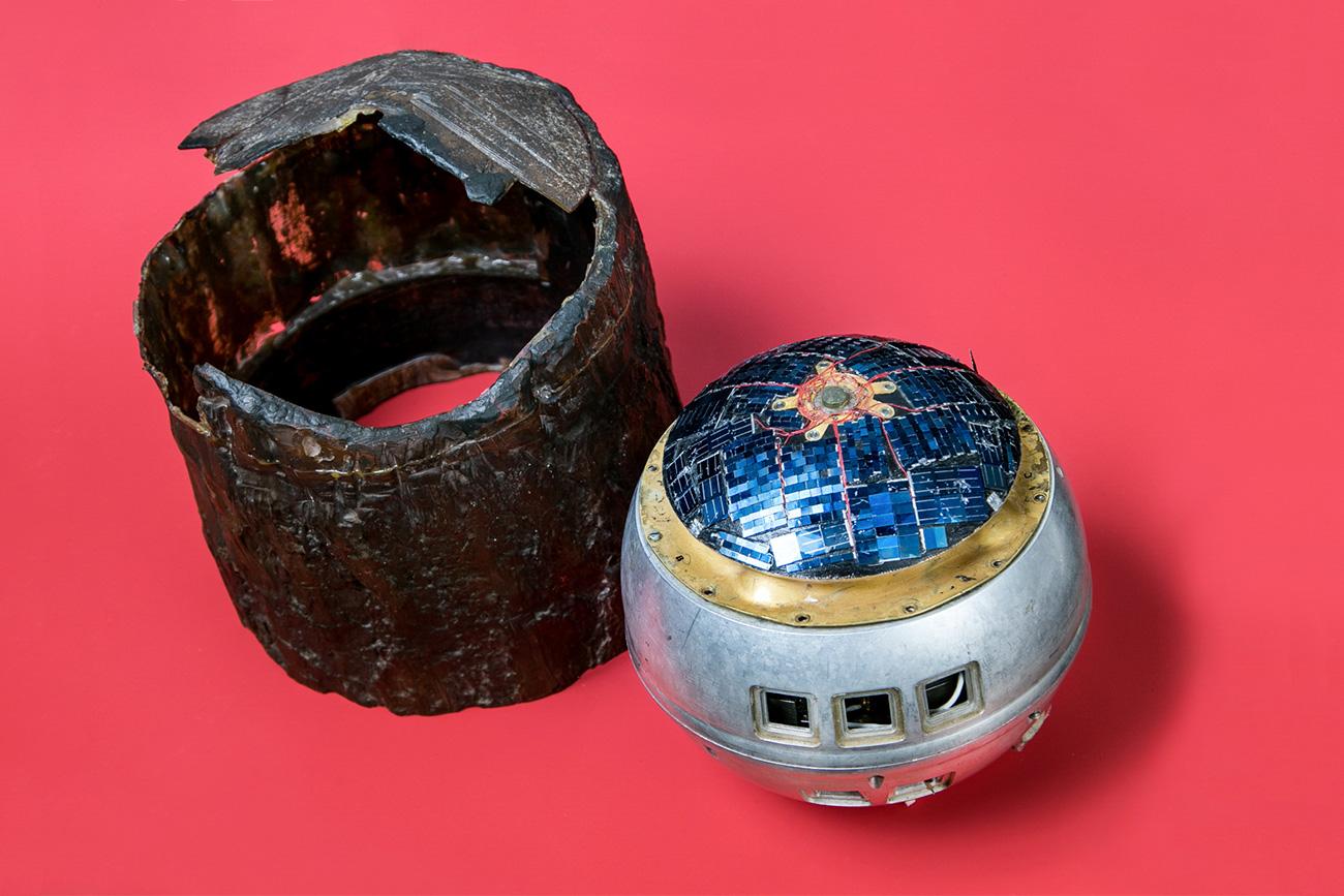 Les services de contrespionnage du KGB ont un jour découvert un enregistreur de pointe américain déguisé en souche d'arbre. Il a été localisé aux abords d'une base de défense anti-missile située près de Moscou. L'appareil enregistrait les données militaires et les transmettait à un satellite de reconnaissance.