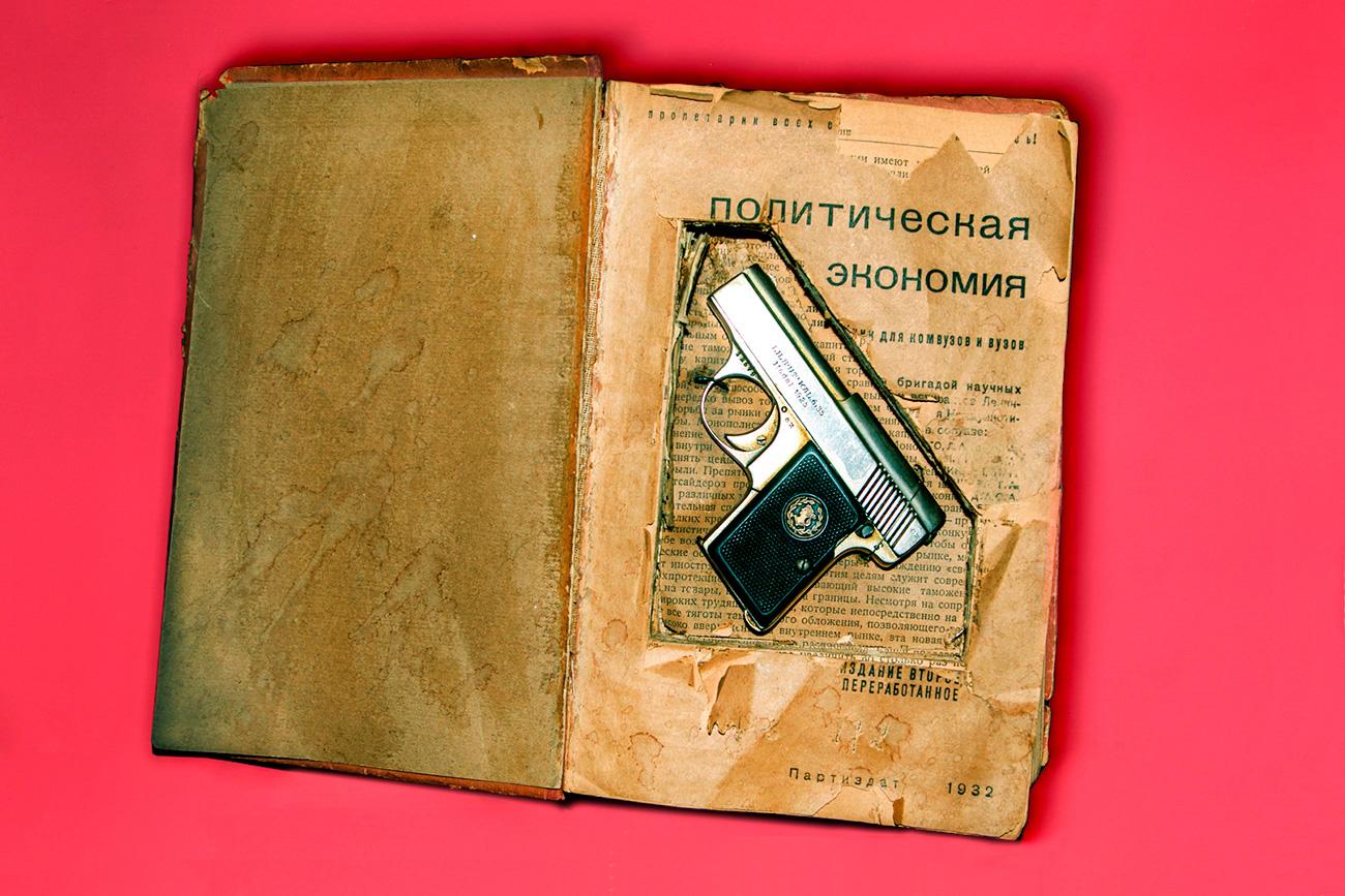 Un manuel d'économie politique (lecture passionnante!) contenant un Liliput Kal 1925 de calibre 6.35 a été saisi chez un agent allemand juste avant le début de la Seconde Guerre mondiale.