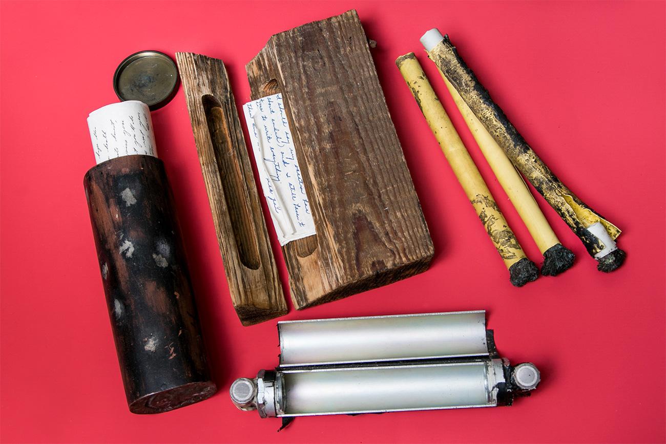 Les agents secrets étrangers récupéraient leurs ordres de mission, des messages codés et de l'argent via des boîtes secrètes en plastique, en métal ou en bois.