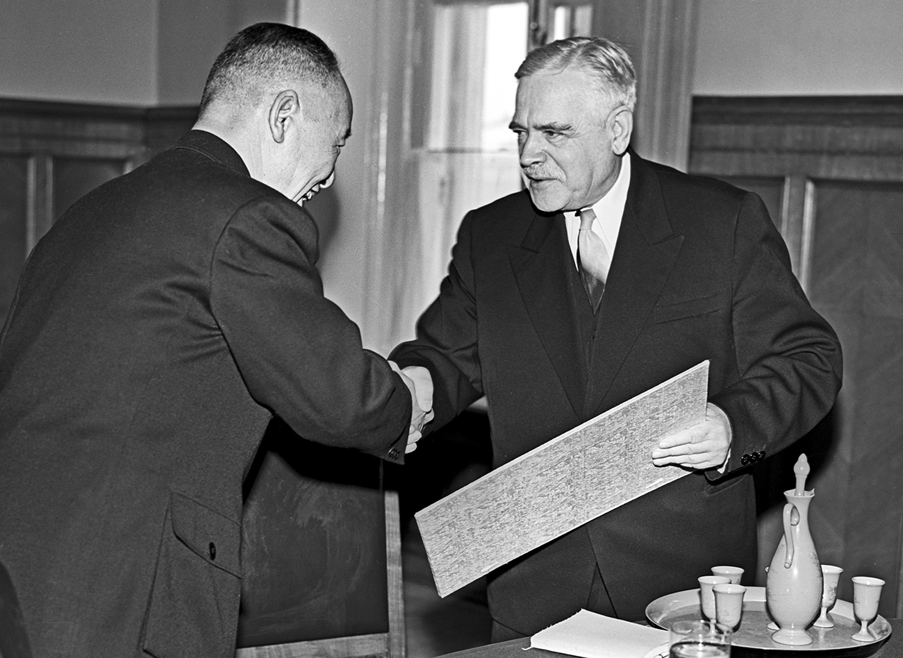 La delegación de la Sociedad de amistad soviético-china durante la celebración del aniversario del tratado de amistad y alianza soviético-chino.