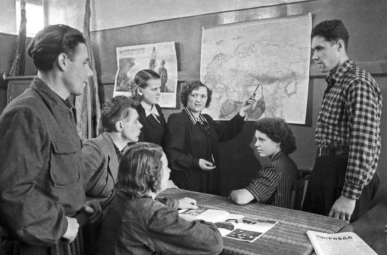 Москва, СССР. Членови на Комунистичката партија на Советскиот Сојуз организираат состанок за да учествуваат во кампањата Девствени полиња, осмислена за зголемување на приносот на посевот. Извор: В. Зунин / ТАСС
