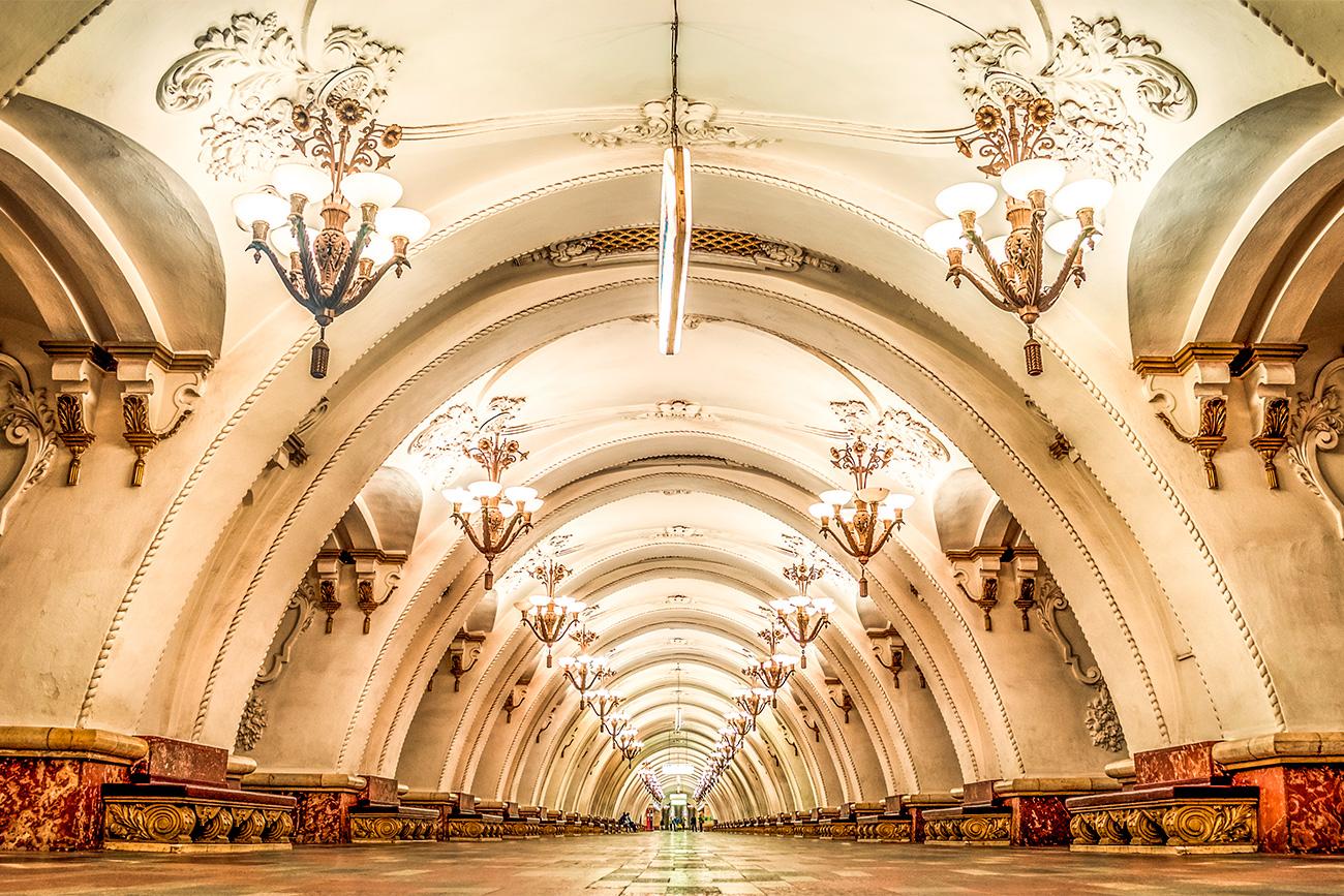 Stasiun Arbatskaya dirancang oleh arsitek Soviet Mikhail Polyakov yang memproyeksikan sebuah bangunan yang saat ini menjadi Hotel Hilton Moscow Leningradskaya.