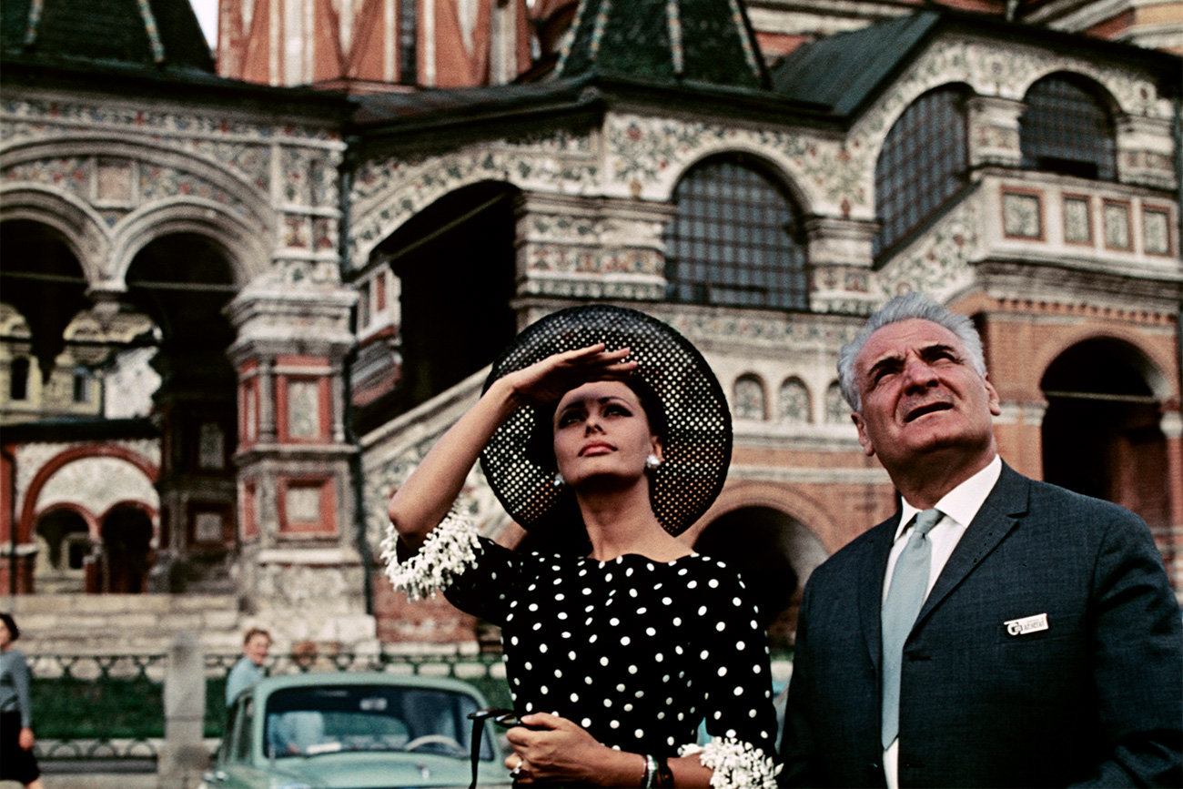 Italian actress Sofia Loren and Soviet artist Sergo Alexandrovich Zakariadze on Red Square in Moscow in the days of the 4th Moscow International Film Festival. 20.07.1965