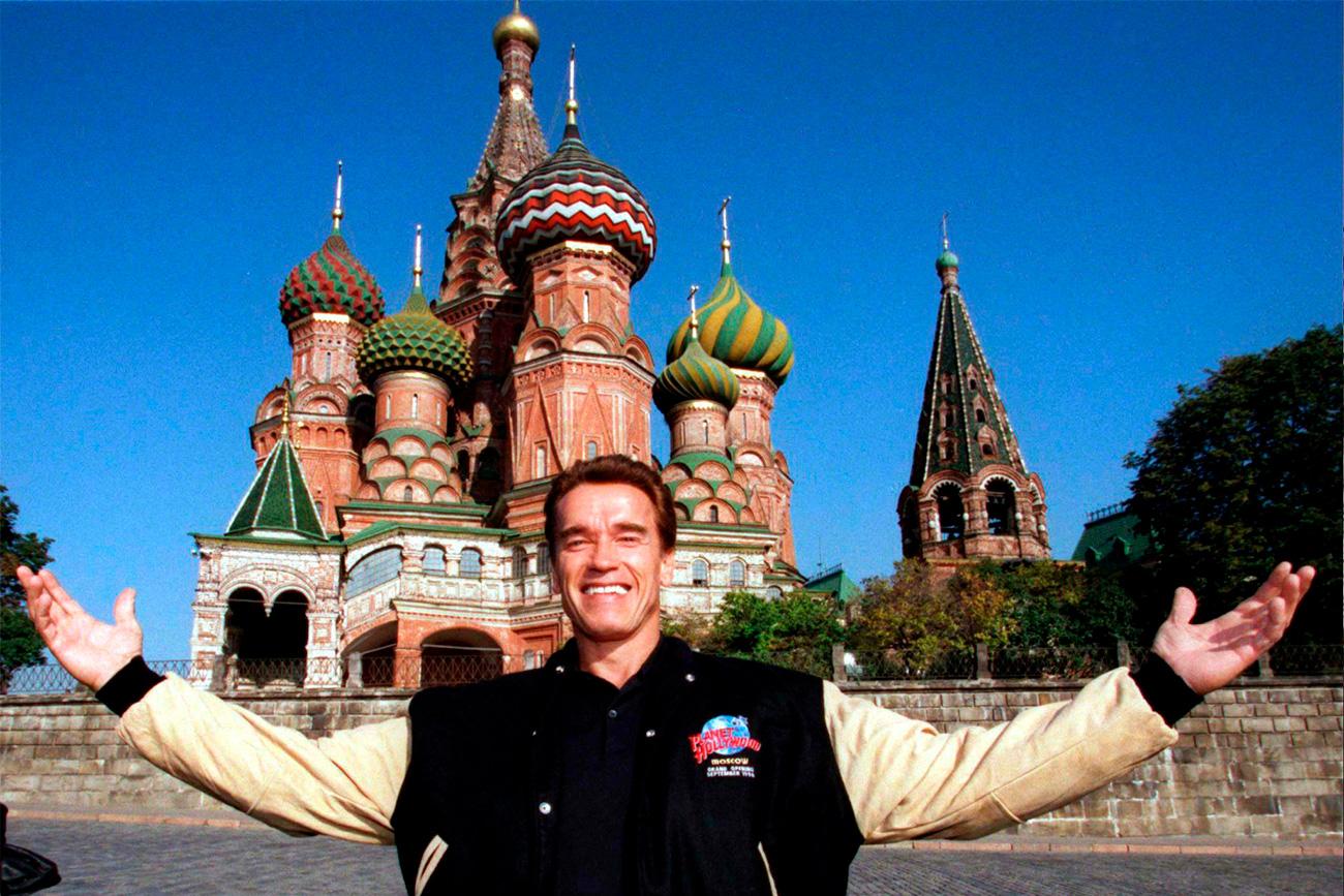 Arnold Schwarzenegger posa para foto em frente à catedral de São Basílio. Foto: Reuters